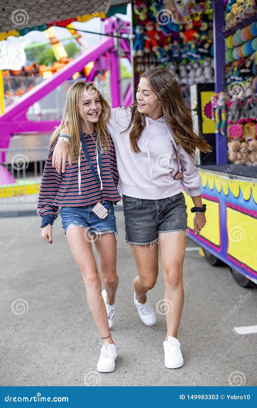 Uśmiechnięci nastolatkowie ma zabawę przy plenerowym lato karnawałem