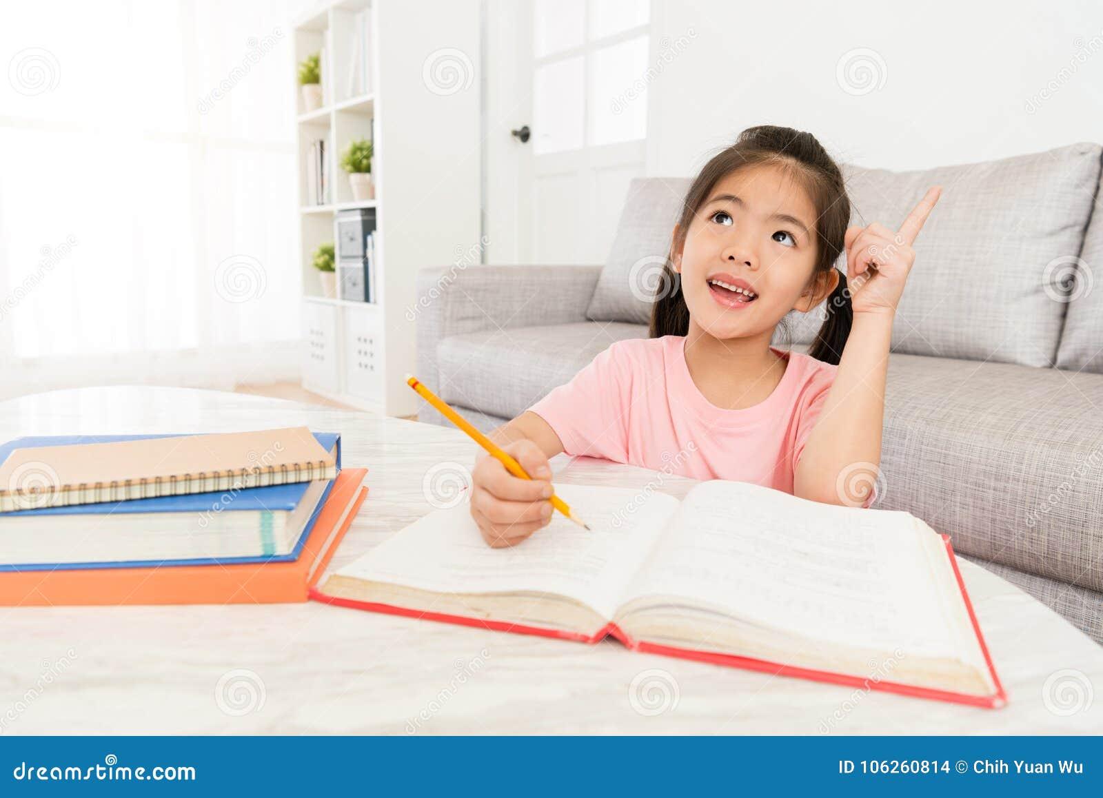 Uśmiechnięci szczęśliwi dziewczyn dzieci pisze pracie domowej