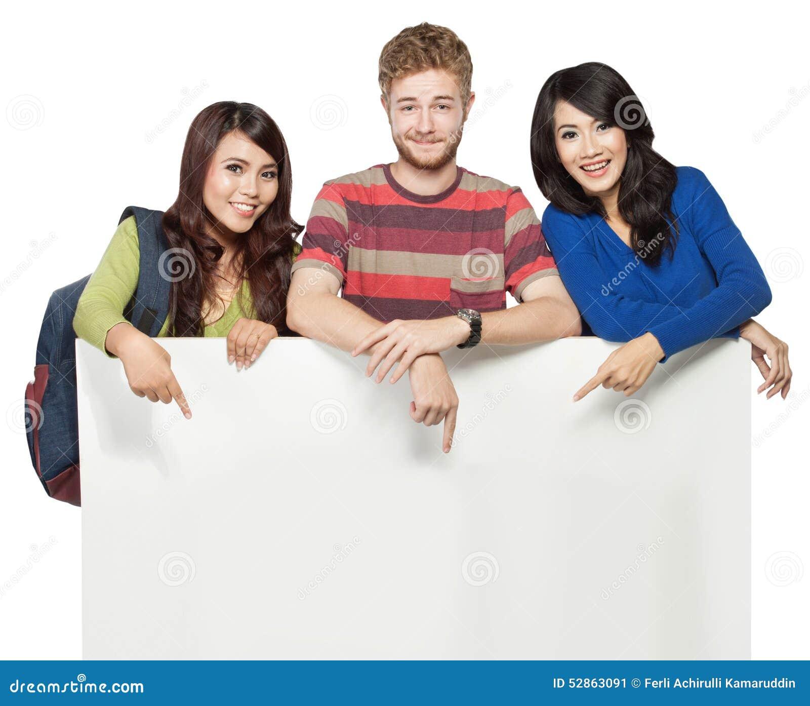 Uśmiechnięci ucznie trzyma pustego białego sztandar odizolowywający na białych półdupkach