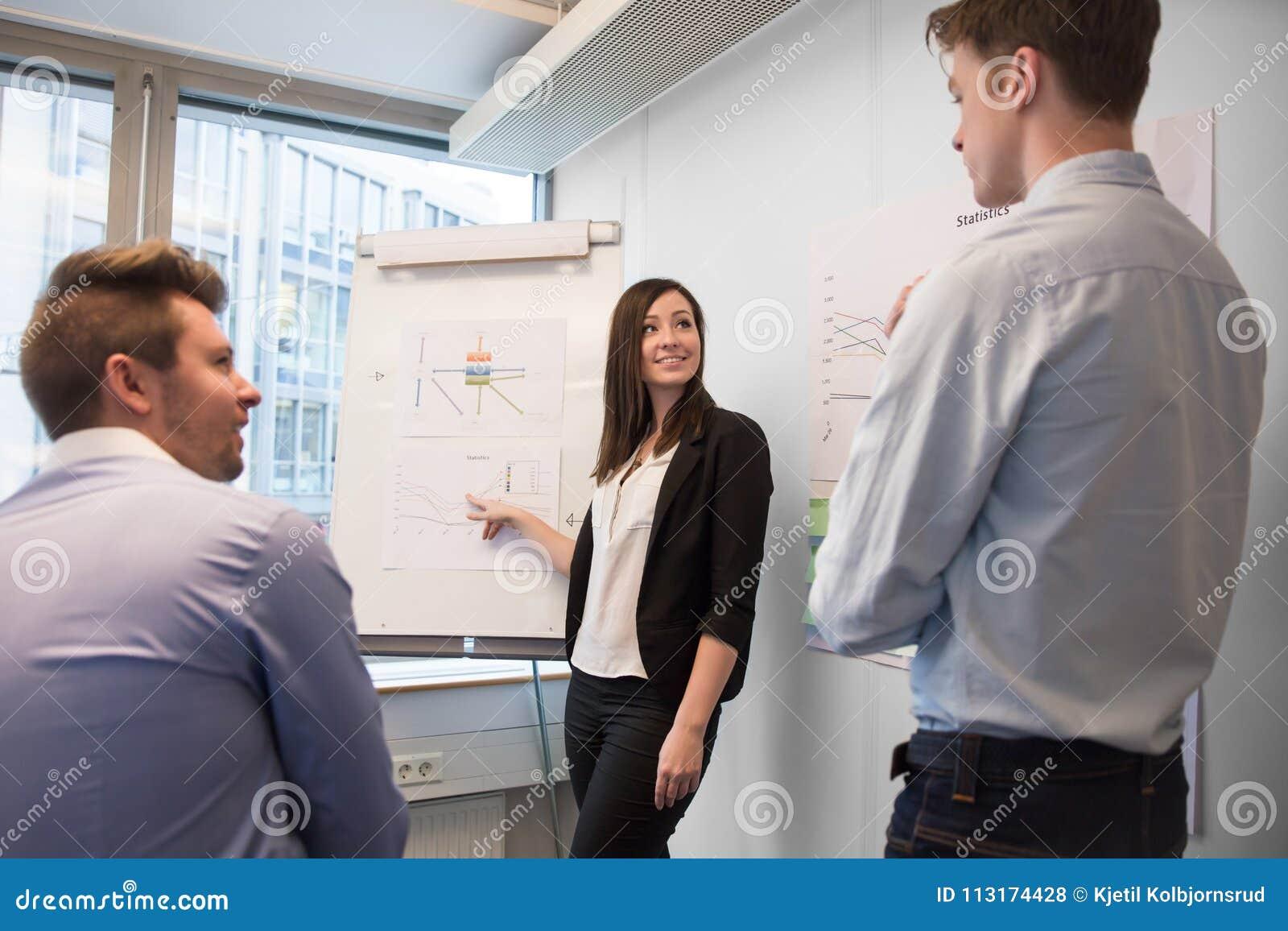 Uśmiechnięta Żeńska Fachowa Wyjaśnia mapa koledzy