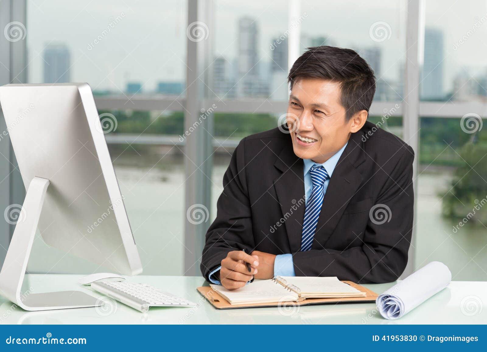 Uśmiechnięta biznesmen praca