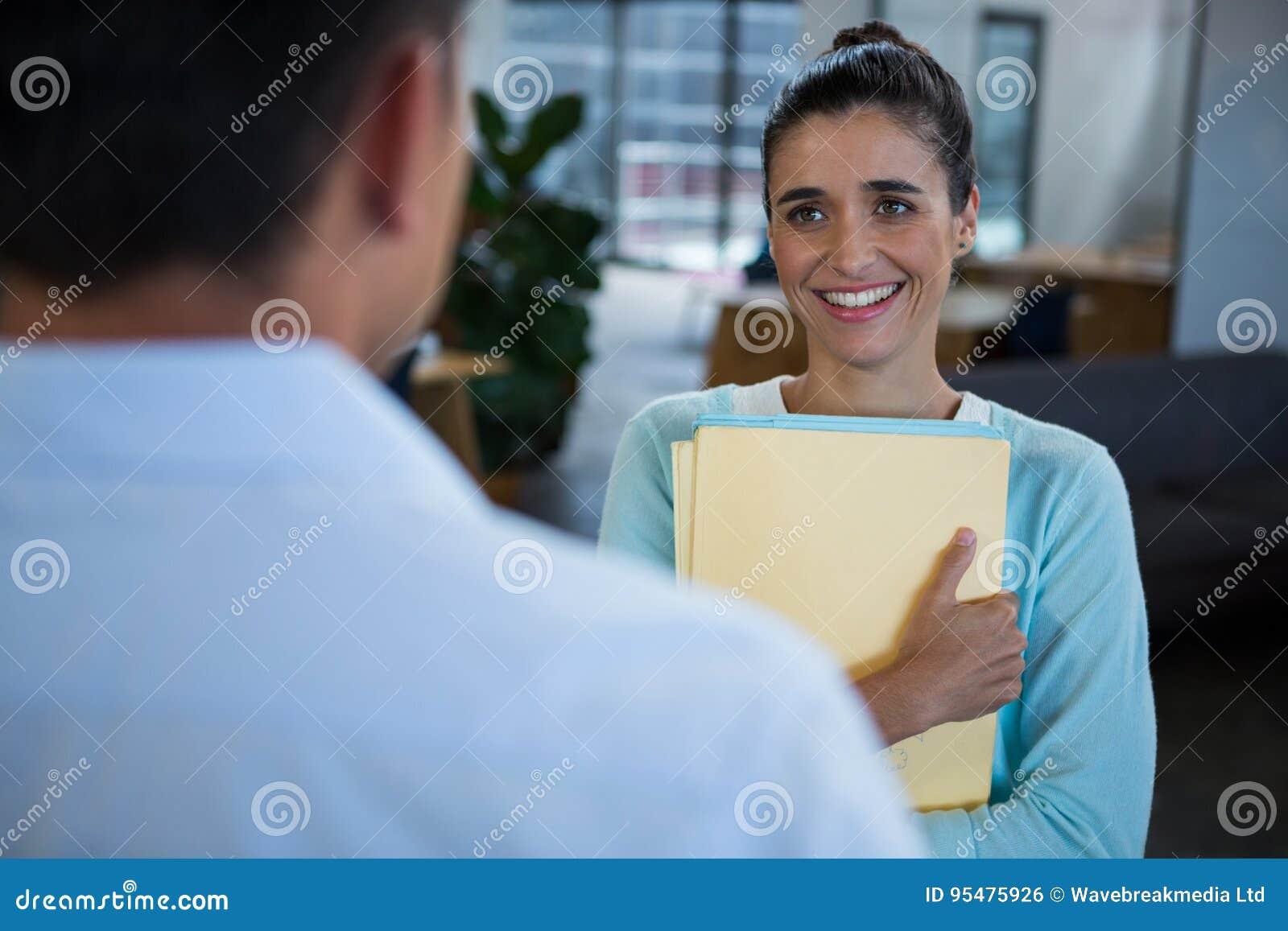Uśmiechnięta bizneswoman pozycja z dokumentem