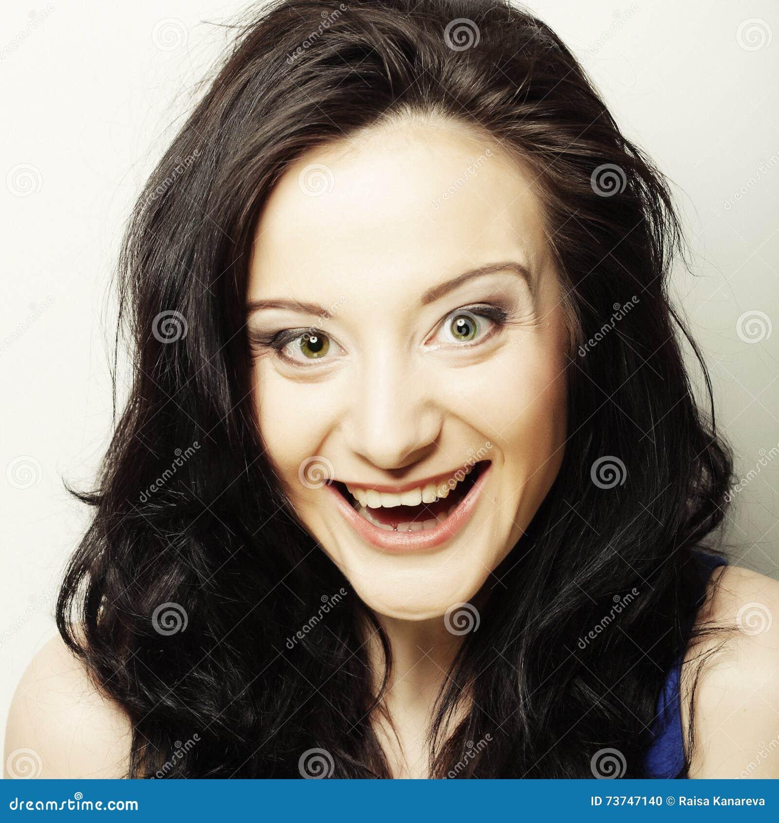 Uśmiechnięta brunetka, szczęśliwy czas