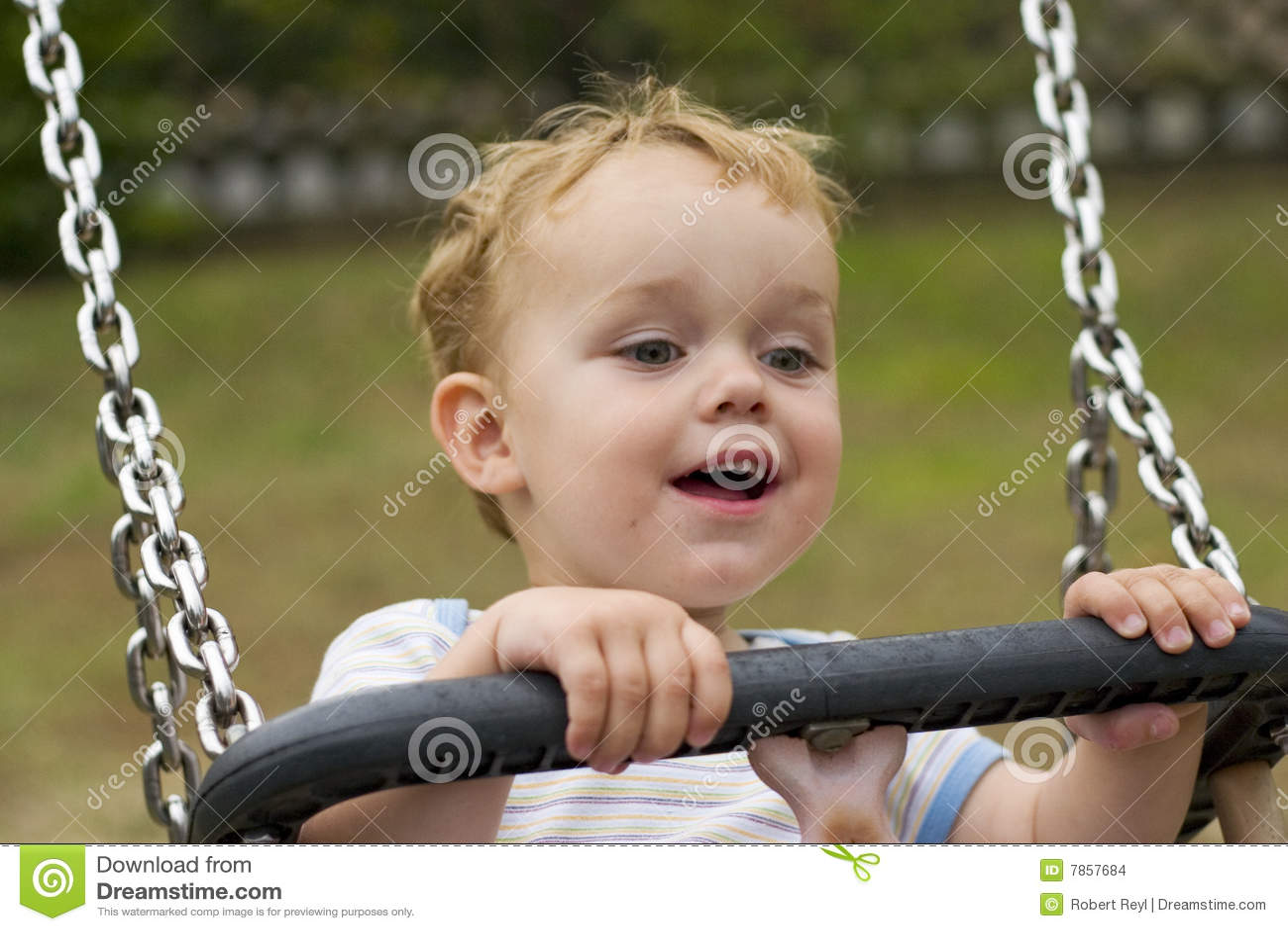 Uśmiechnięta chłopiec huśtawka