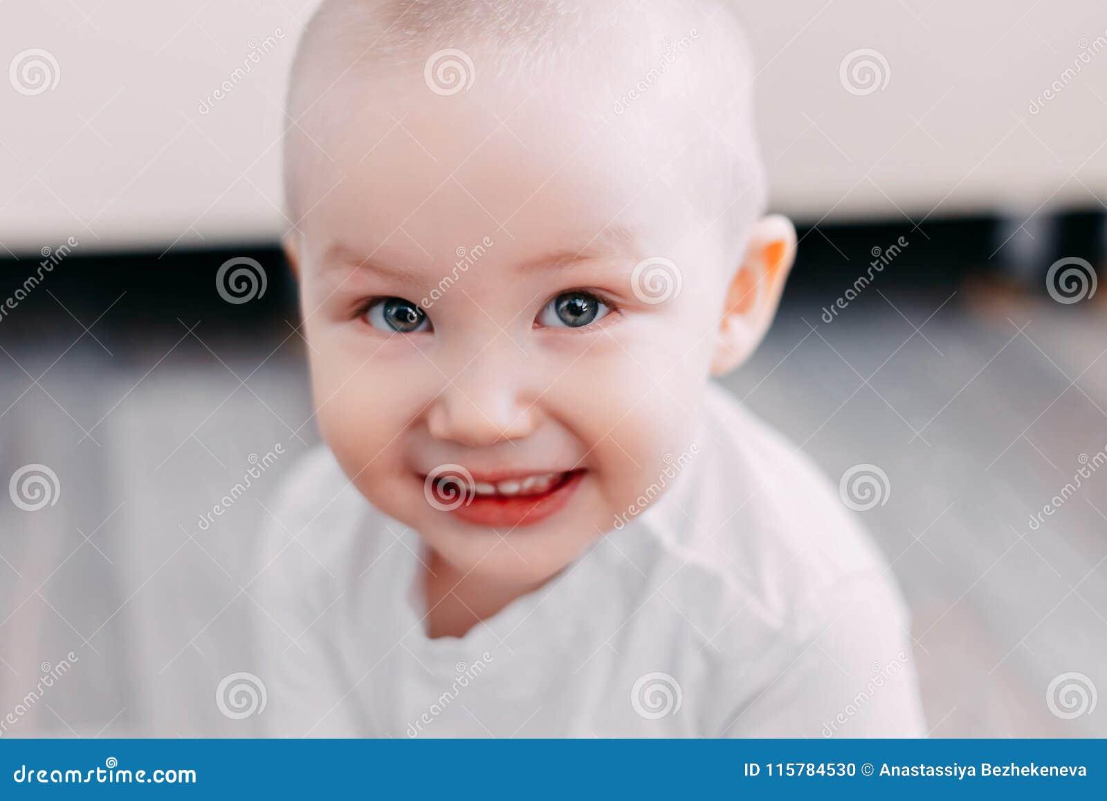 Uśmiechnięta chłopiec ostrość na oczach, softfocus