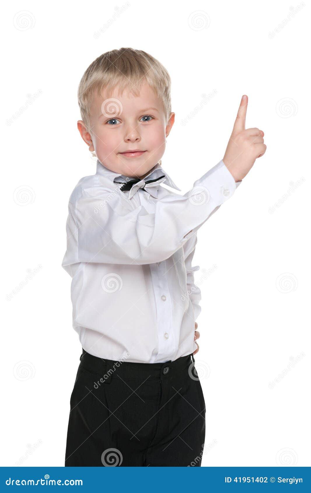 Uśmiechnięta chłopiec pokazuje jego palec up