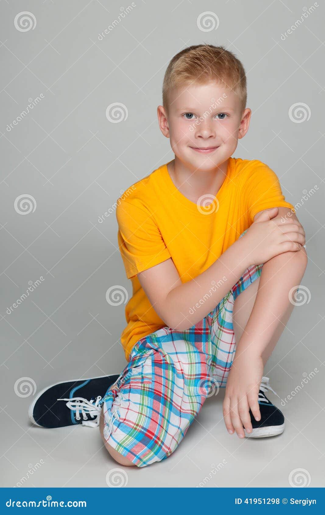 Uśmiechnięta chłopiec w żółtej koszula