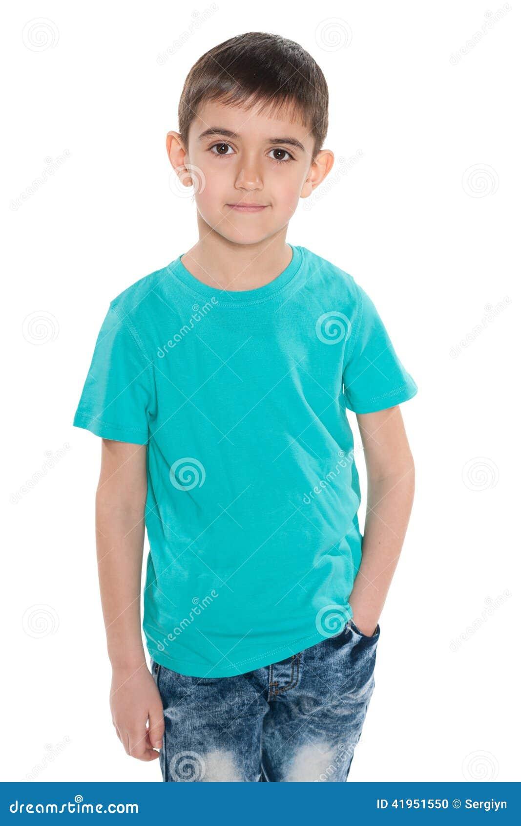 Uśmiechnięta chłopiec w błękitnej koszula