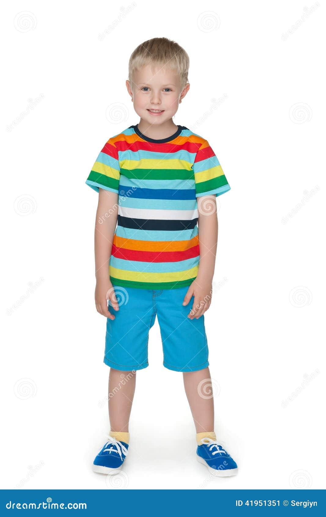 Uśmiechnięta chłopiec w pasiastej koszula