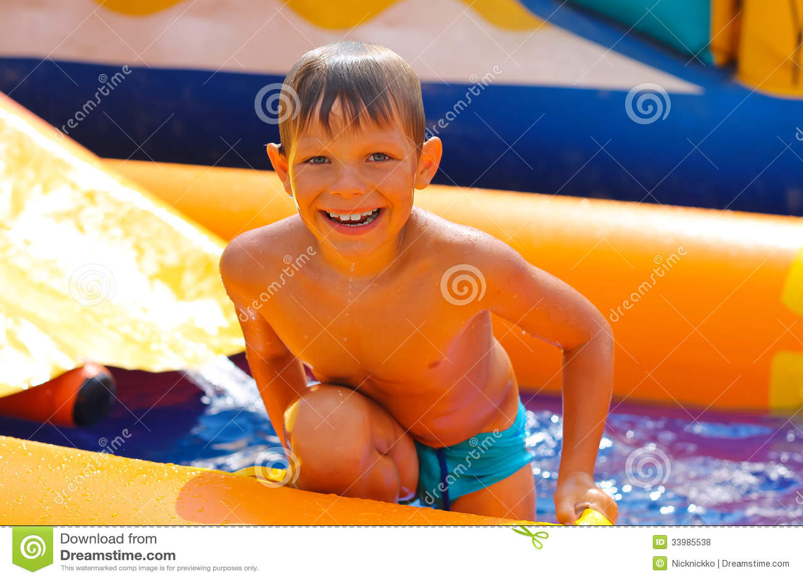 Uśmiechnięta chłopiec w wodzie