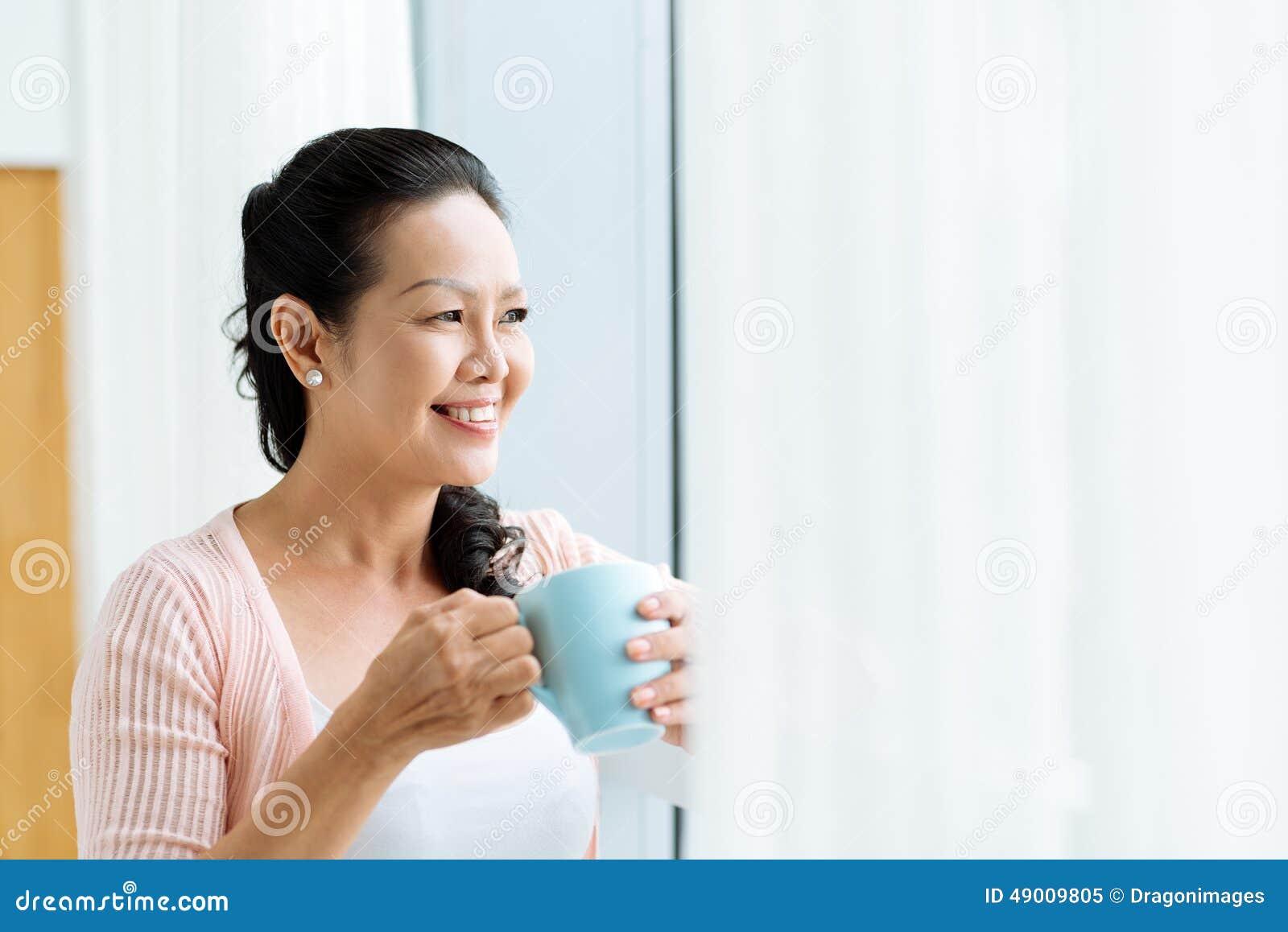 Uśmiechnięta dojrzała Azjatycka kobieta
