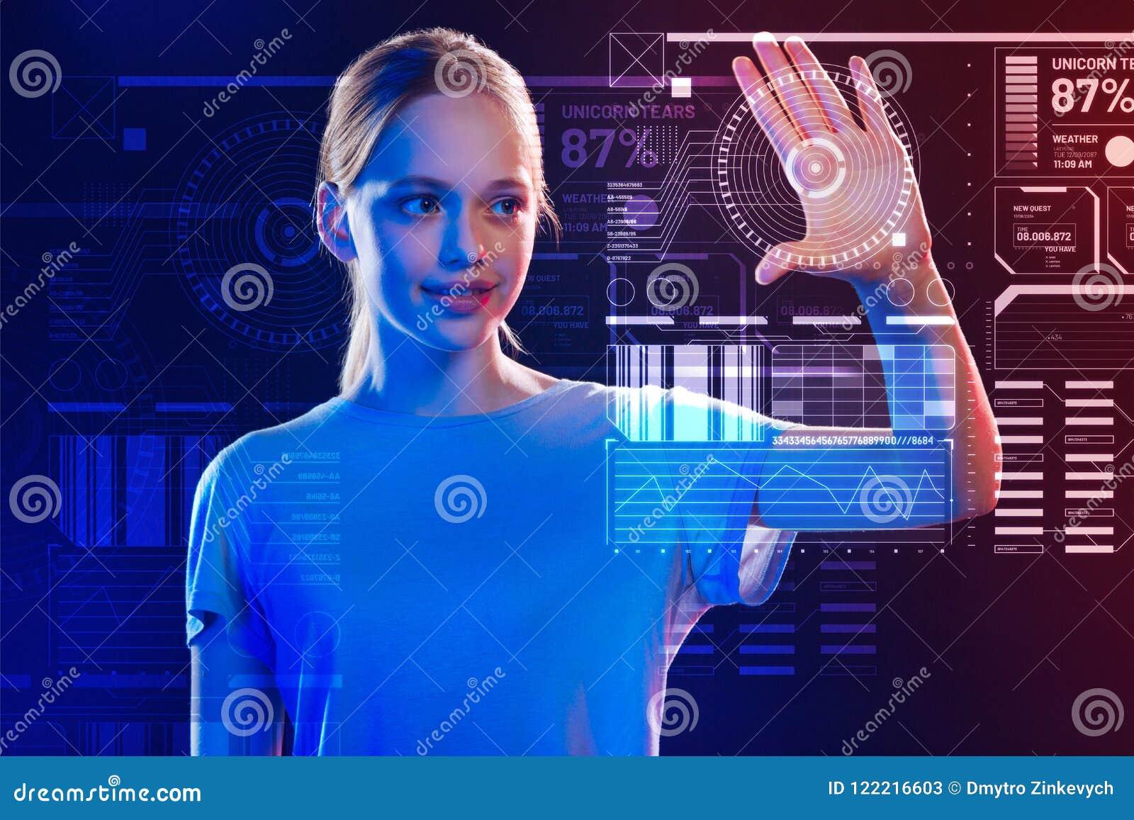 Uśmiechnięta dziewczyna dotyka ekran podczas gdy używać nowego system bezpieczeństwa