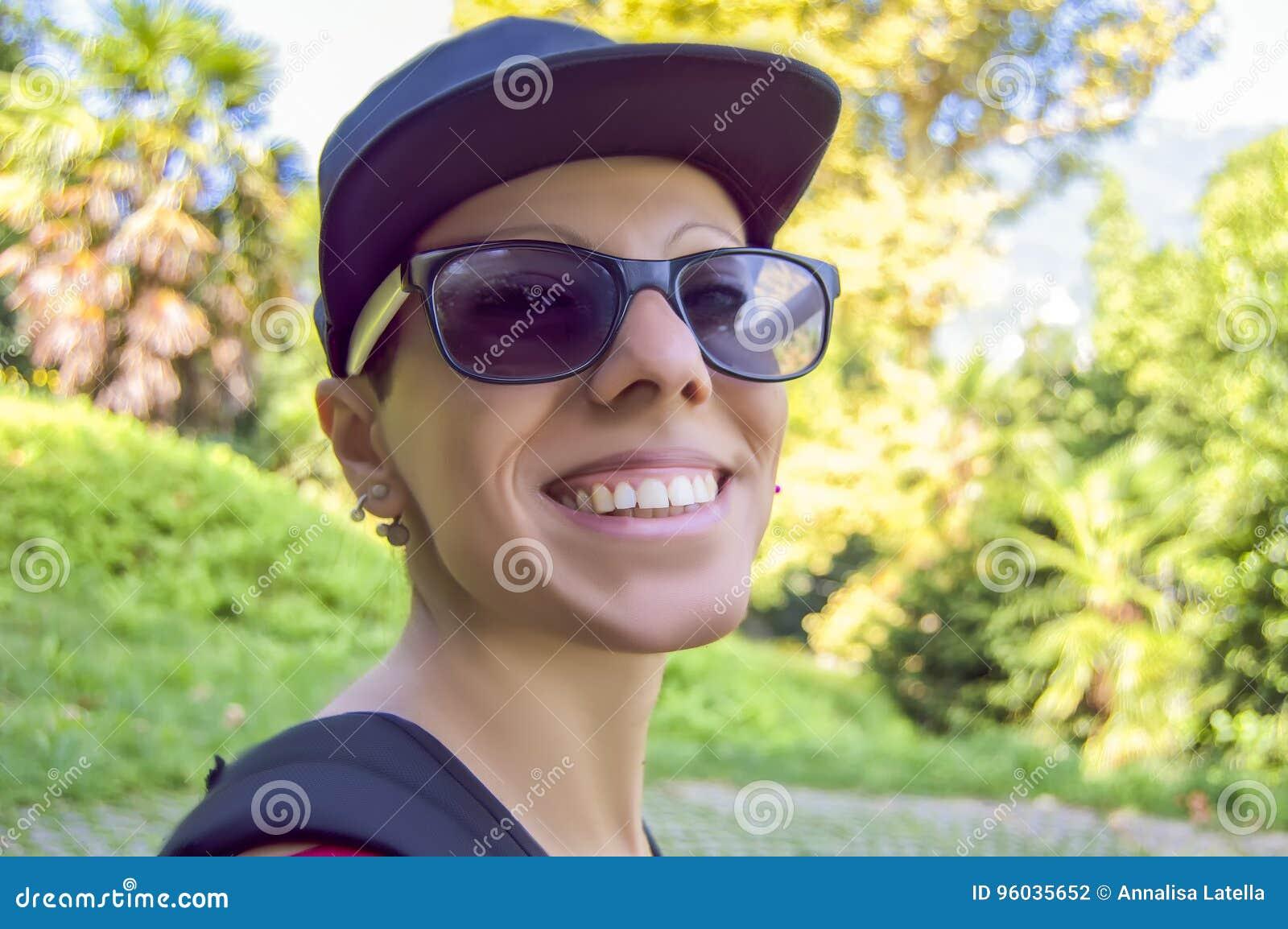 Uśmiechnięta dziewczyna z nakrętką