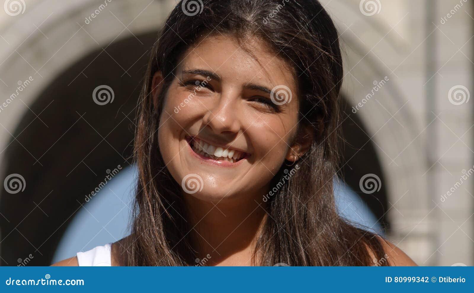 Uśmiechnięta Młoda Hiszpańska kobieta Lub turysta