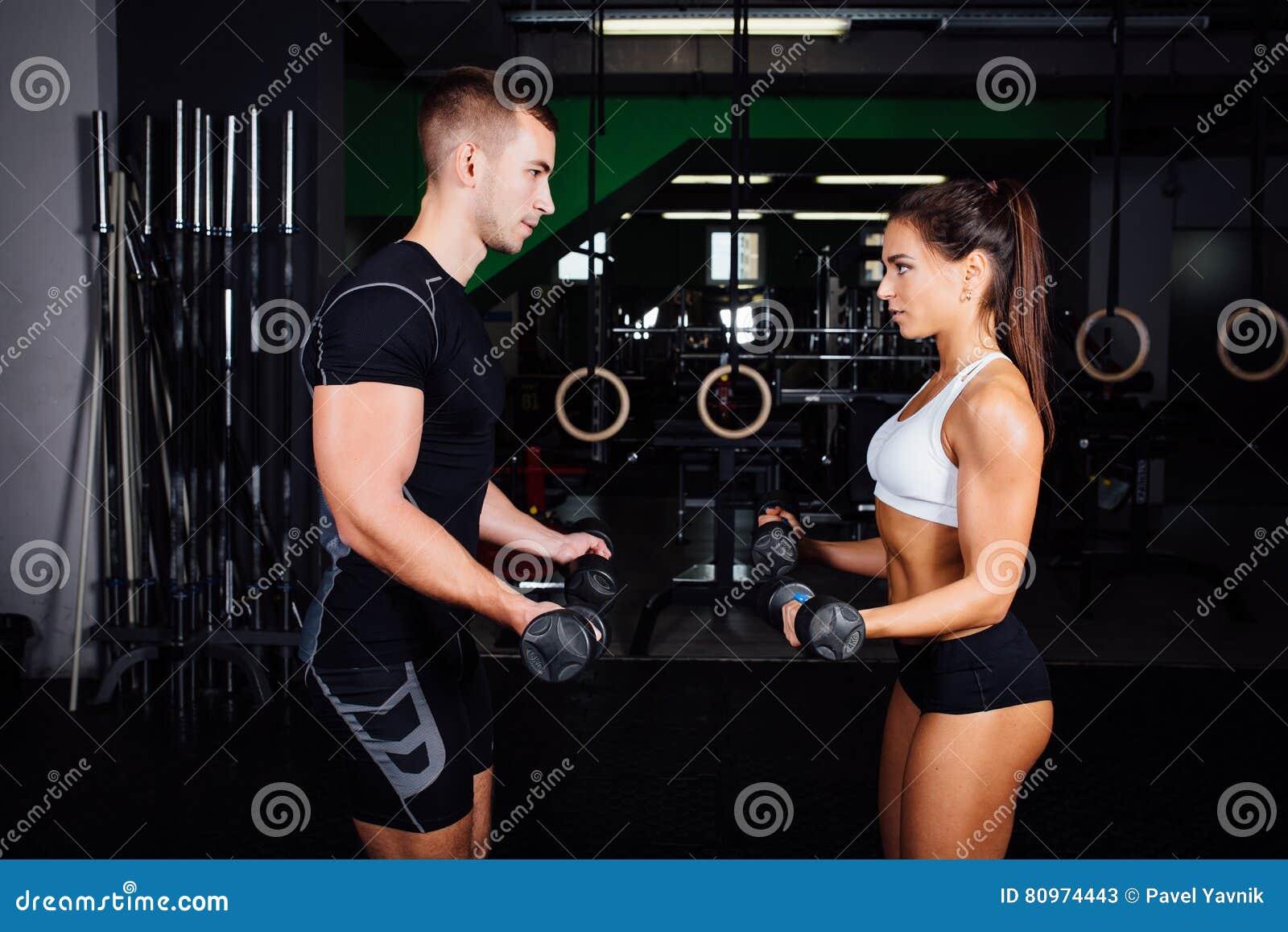 Uśmiechnięta młoda kobieta i ogłoszenie towarzyskie trener ćwiczymy w gym