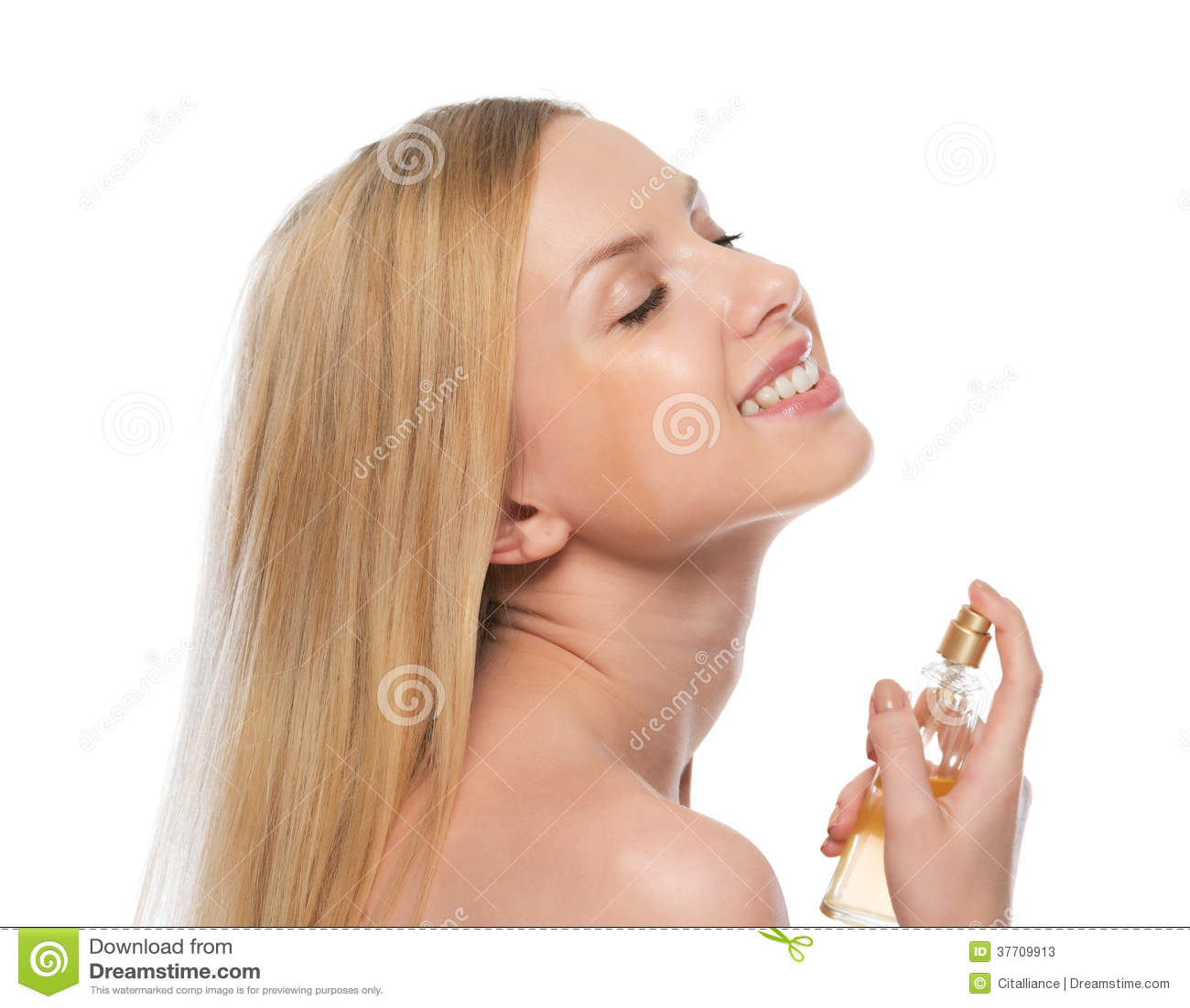 Uśmiechnięta młoda kobieta stosuje pachnidło