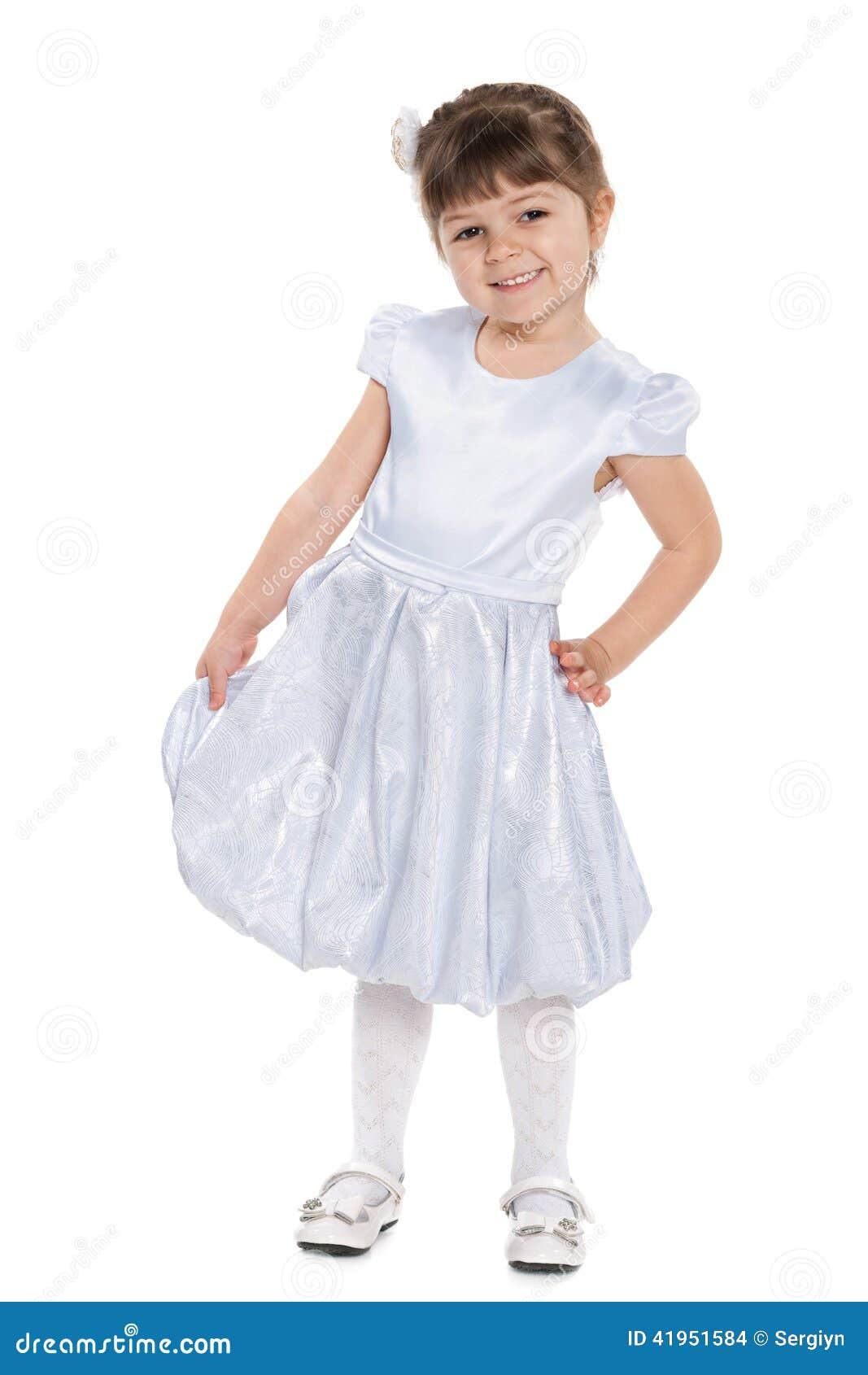 Uśmiechnięta mała dziewczyna przeciw bielowi
