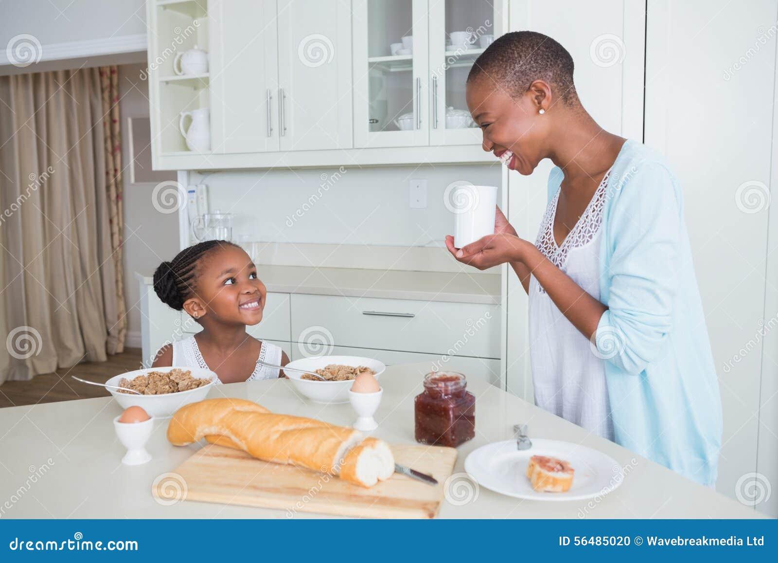Uśmiechnięta matka i córka je wpólnie