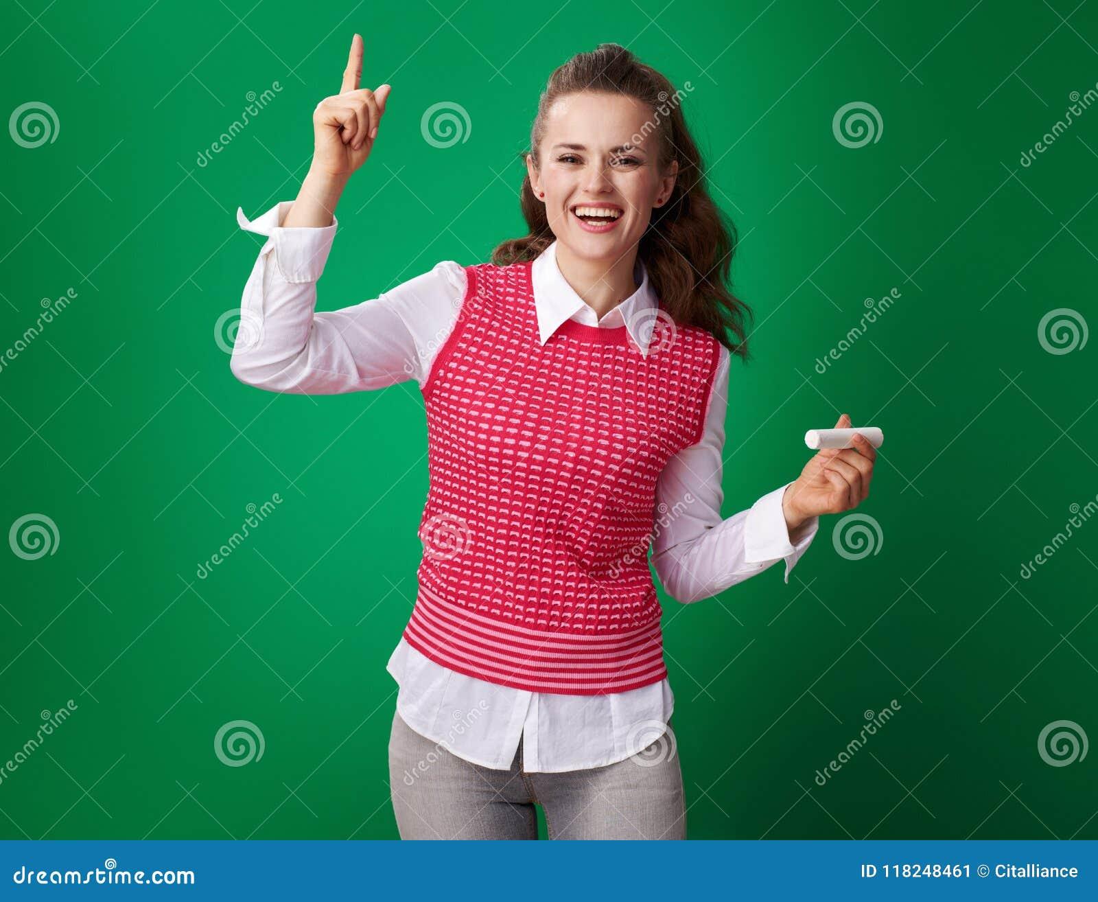 Uśmiechnięta nowożytna studencka kobieta z kawałkiem kreda dostać pomysł