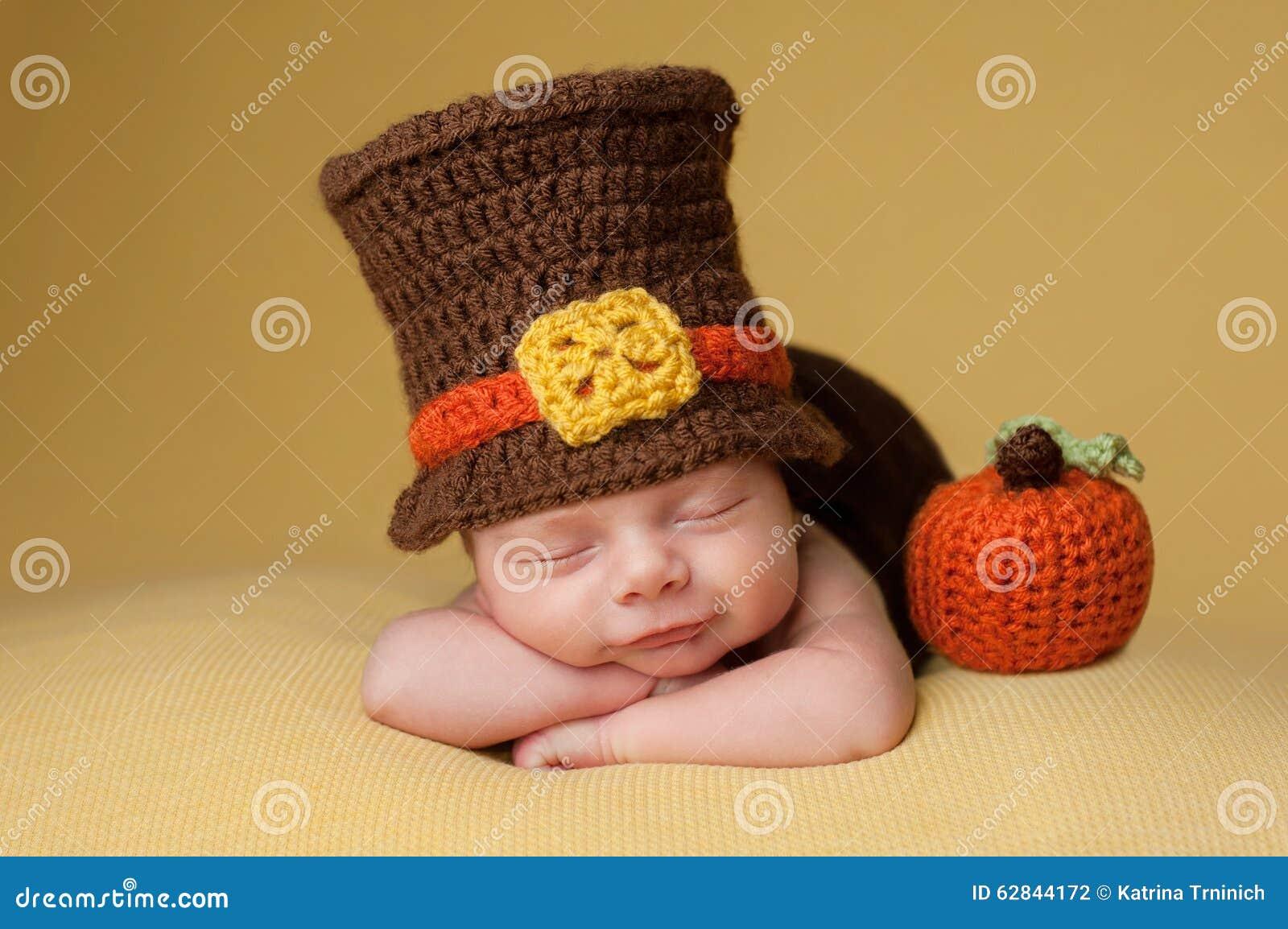 Uśmiechnięta Nowonarodzona chłopiec Jest ubranym Pielgrzymiego kapelusz