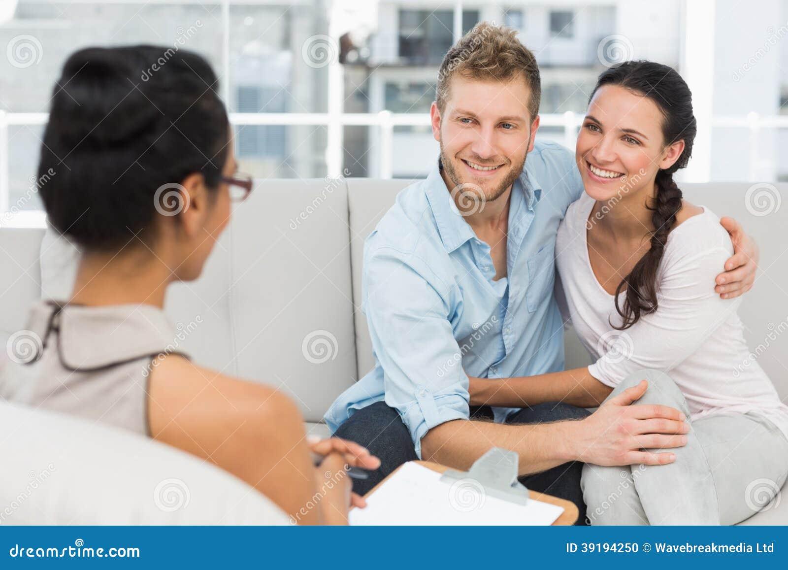 Uśmiechnięta para godzi przy terapii sesją