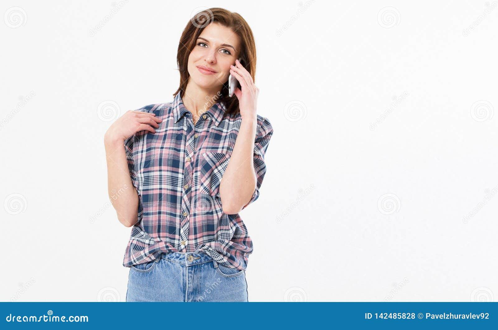 Uśmiechnięta piękna nastoletnia kobieta opowiada na telefonie, szczęśliwa młoda dziewczyna trzyma telefon komórkowego robi odpowi