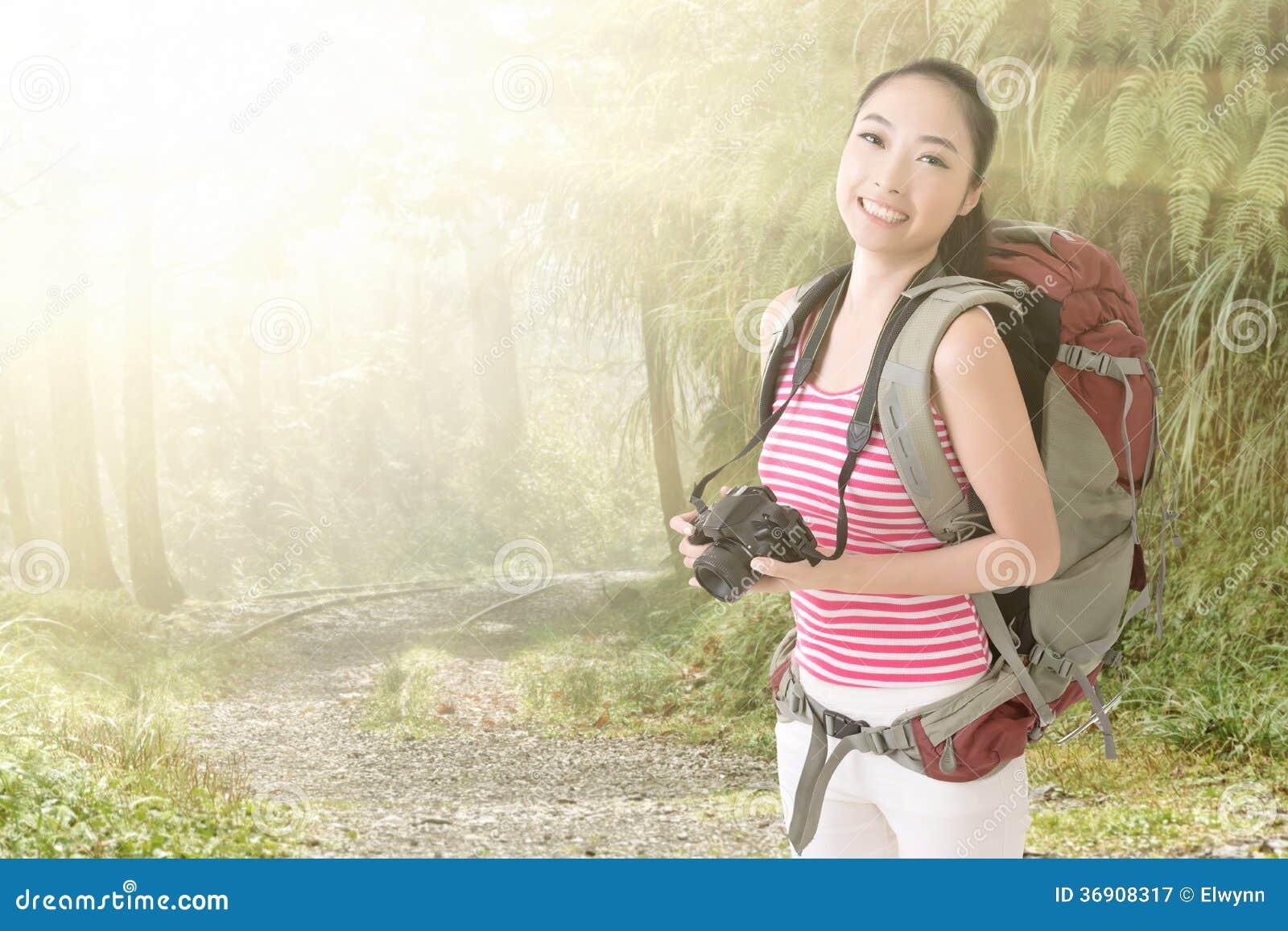 Uśmiechnięta podróżna Azjatycka dziewczyna
