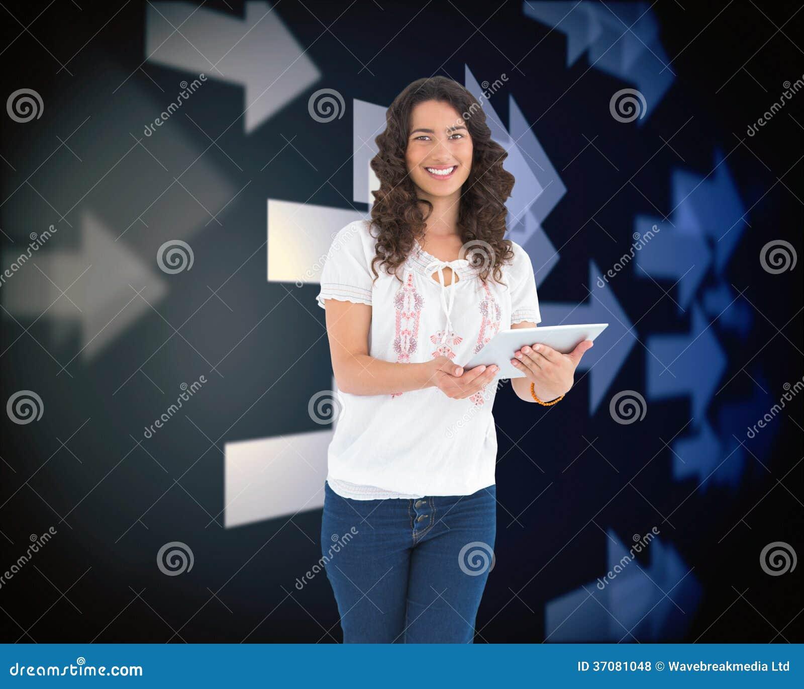 Download Uśmiechnięta Przypadkowa Brunetka Używać Jej Pastylka Komputer Osobistego Ilustracji - Ilustracja złożonej z osoba, iluminuje: 37081048