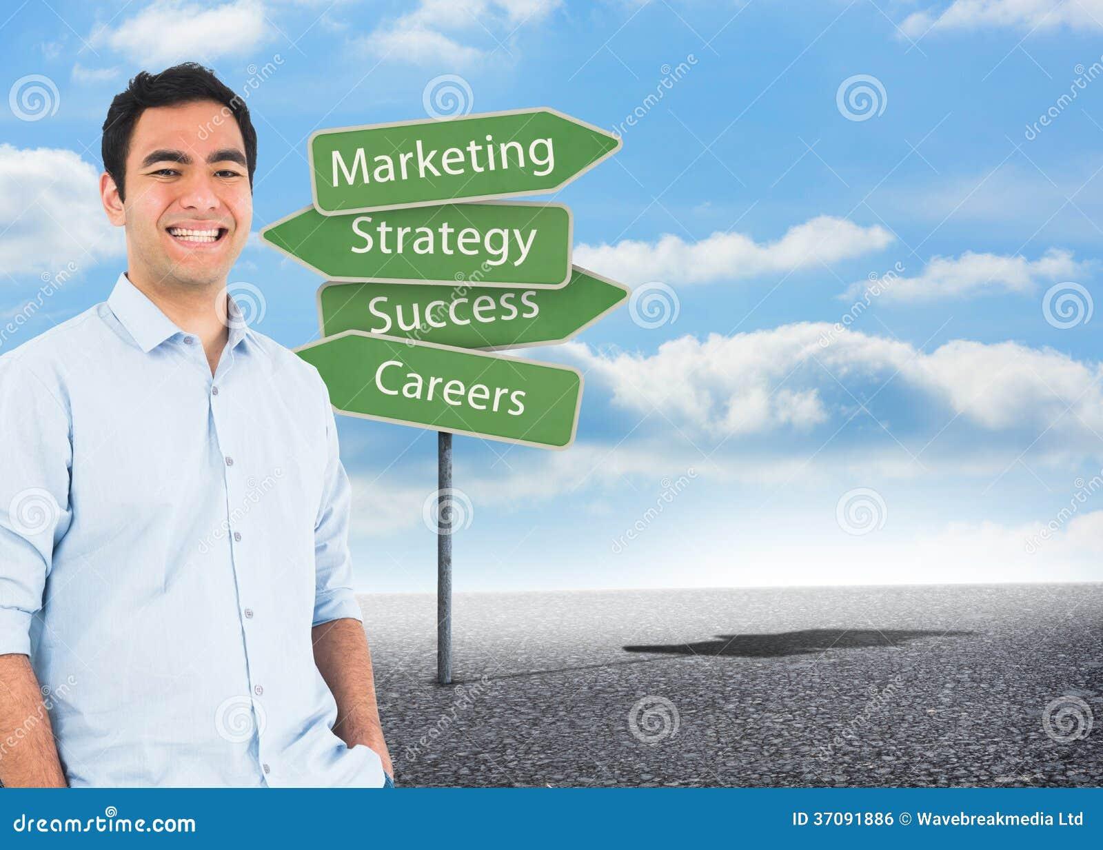 Download Uśmiechnięta Przypadkowa Mężczyzna Pozycja Zdjęcie Stock - Obraz złożonej z kierunek, grafika: 37091886