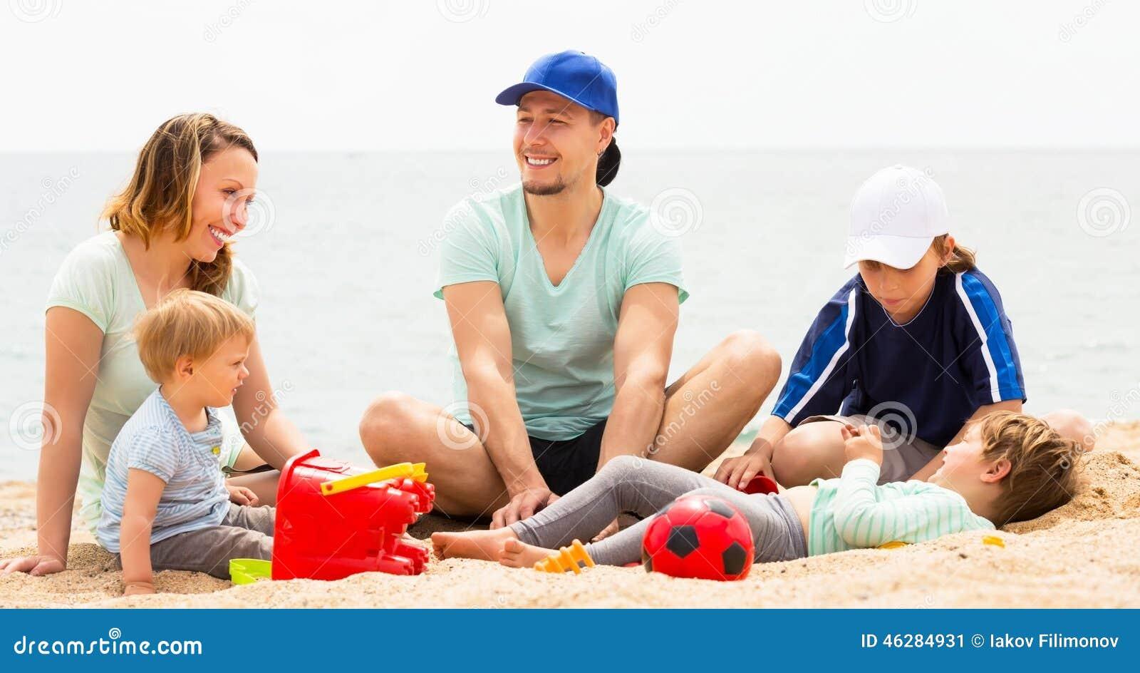 Uśmiechnięta rodzina z dzieciakami