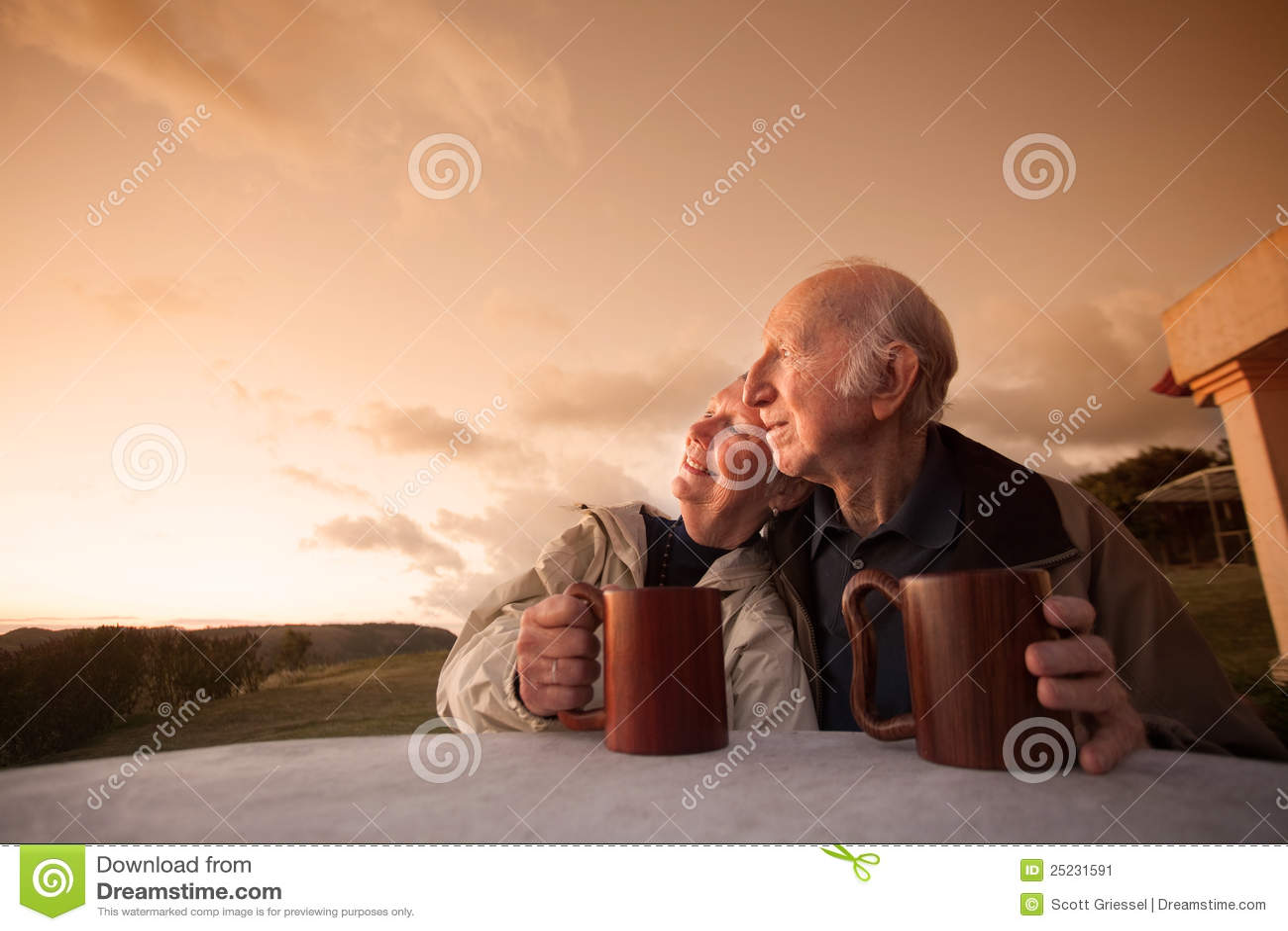 Uśmiechnięta Starsza Para