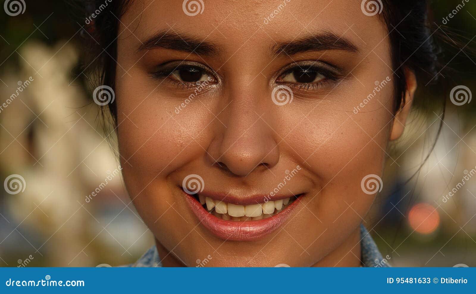 Uśmiechnięta twarz młoda osoba
