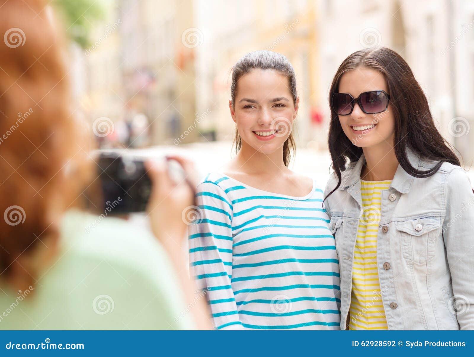 Uśmiechnięte nastoletnie dziewczyny z kamerą