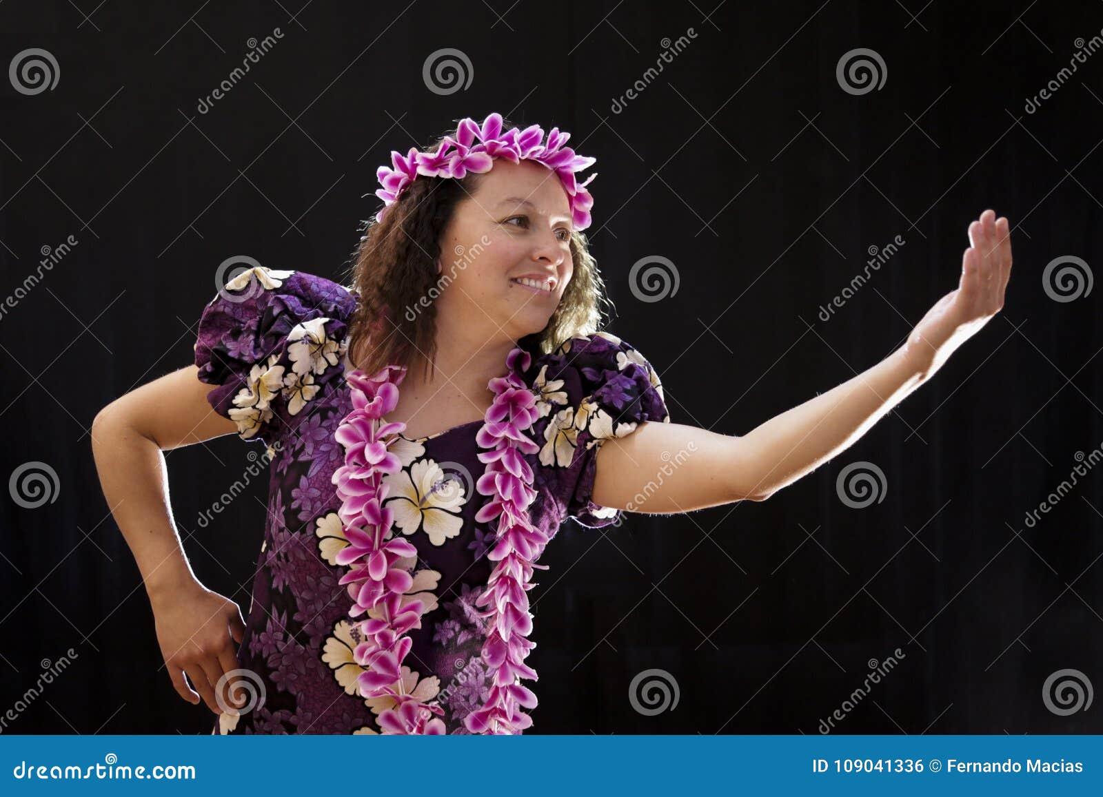 Uśmiechnięty żeński Hawajski dziewczyna taniec, śpiew z instrumentami muzycznymi i lubimy ukulele