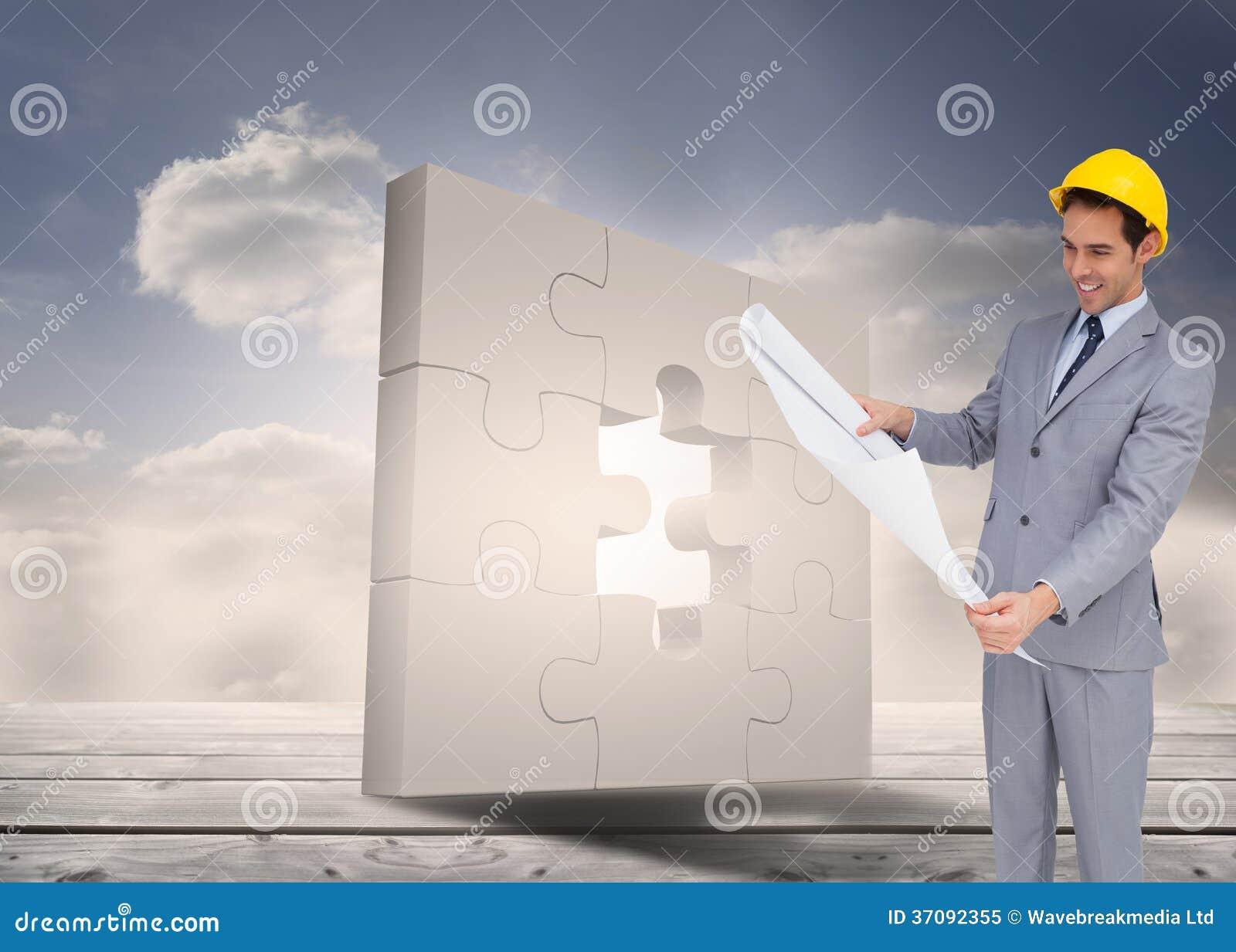 Download Uśmiechnięty Architekt Patrzeje Plany Z Ciężkim Kapeluszem Obraz Stock - Obraz złożonej z niebo, kariera: 37092355