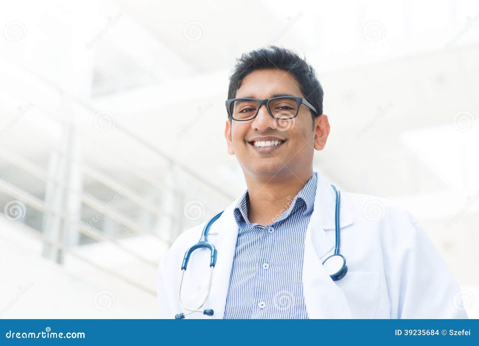 Uśmiechnięty Azjatycki Indiański męski lekarz medycyny