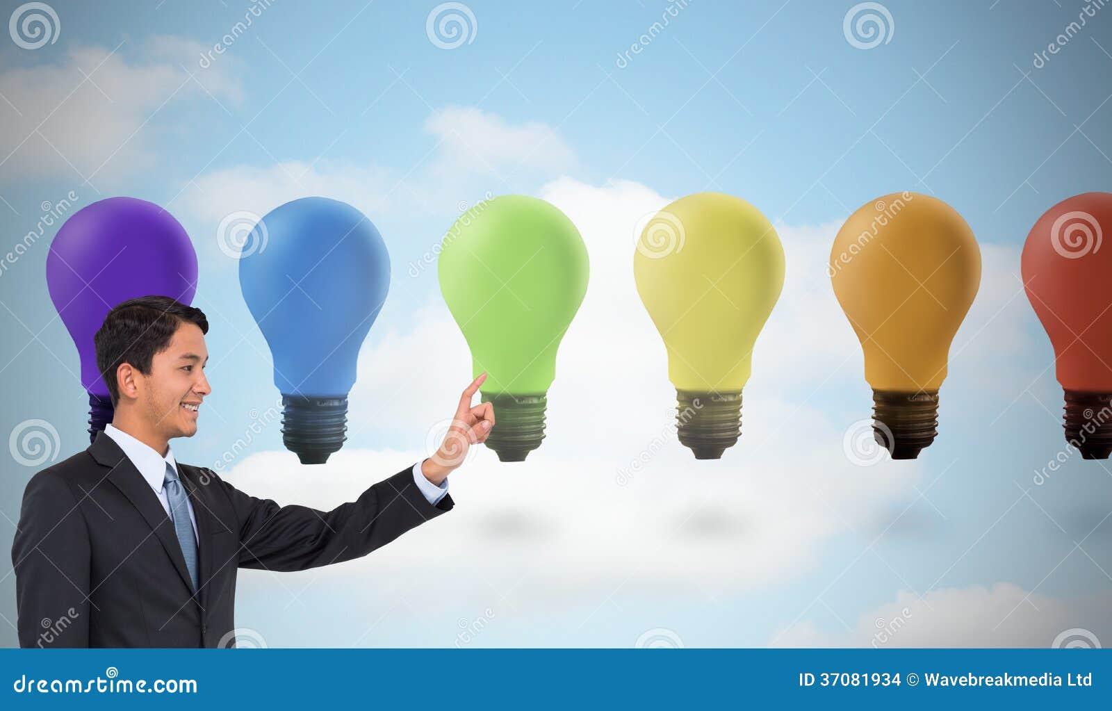 Download Uśmiechnięty Azjatykci Biznesmena Wskazywać Zdjęcie Stock - Obraz złożonej z jeden, świecący: 37081934
