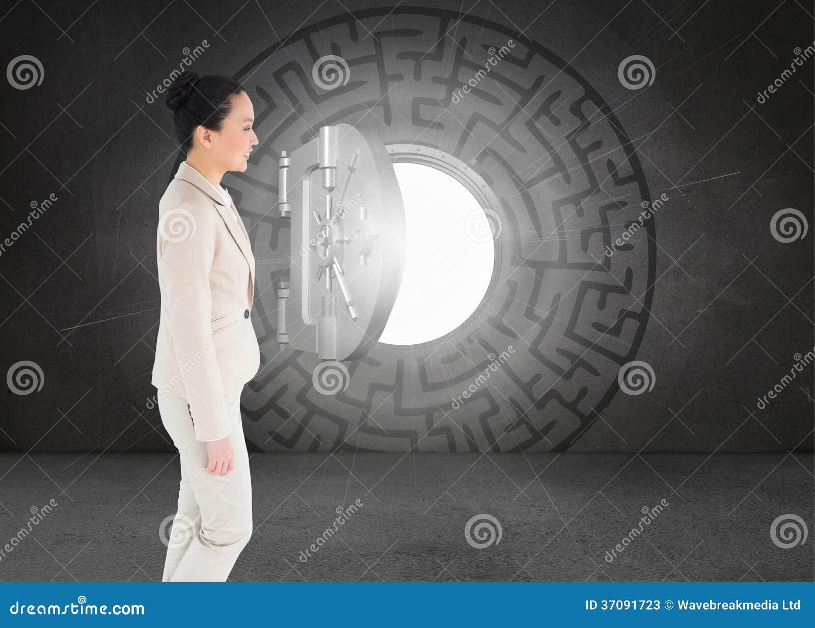 Download Uśmiechnięty Azjatykci Bizneswomanu Odprowadzenie Obraz Stock - Obraz złożonej z kostium, labirynt: 37091723