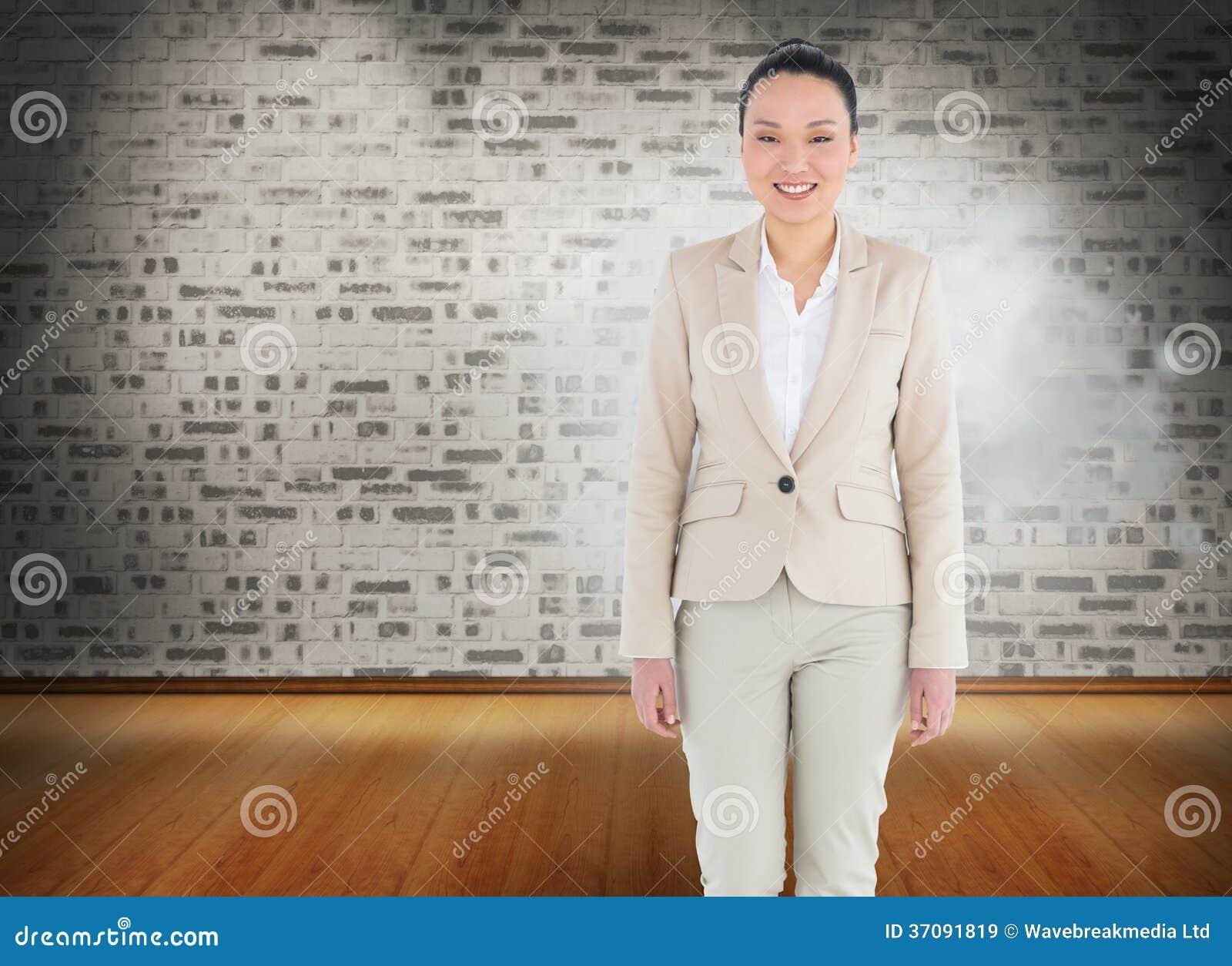Download Uśmiechnięty Azjatykci Bizneswomanu Odprowadzenie Obraz Stock - Obraz złożonej z wallah, composite: 37091819