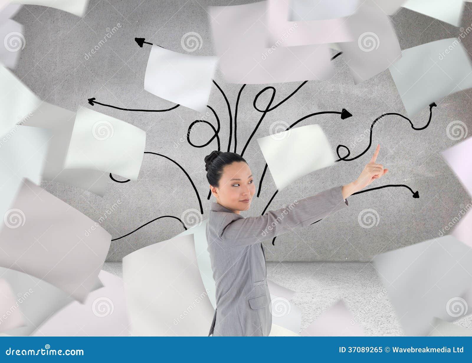 Download Uśmiechnięty Azjatykci Bizneswomanu Wskazywać Obraz Stock - Obraz złożonej z wytwarza, kobiety: 37089265