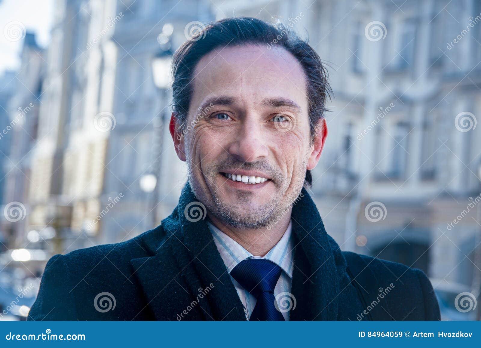 Uśmiechnięty biznesmen ono uśmiecha się przy kamerą, dzień