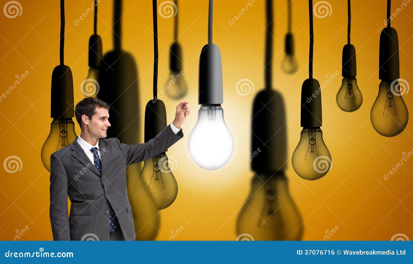 Download Uśmiechnięty Biznesmena Mienie Coś W Powietrzu Zdjęcie Stock - Obraz złożonej z śledzony, jaskrawy: 37076716