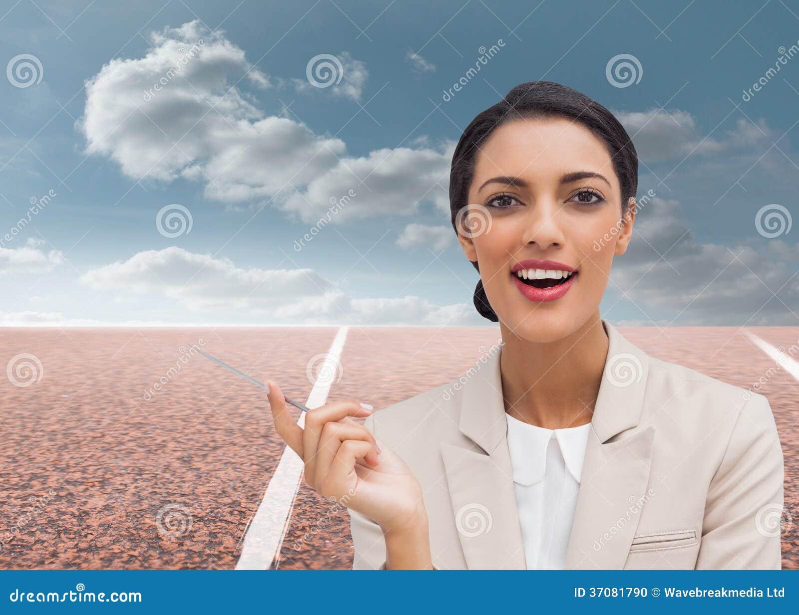 Download Uśmiechnięty Bizneswoman Trzyma Pióro Zdjęcie Stock - Obraz złożonej z sport, sunlight: 37081790