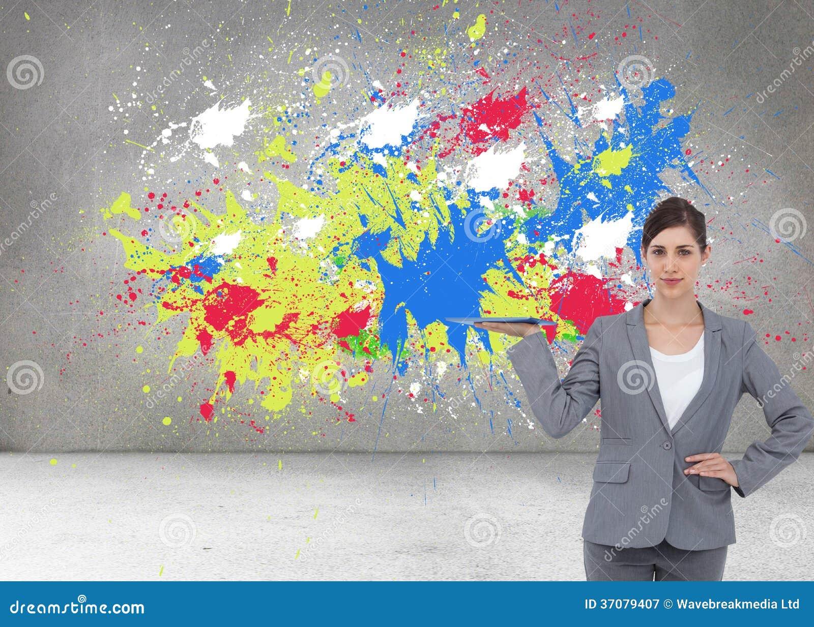 Download Uśmiechnięty Bizneswomanu Mienia Pastylki Komputer Osobisty Obraz Stock - Obraz złożonej z menchie, brąz: 37079407