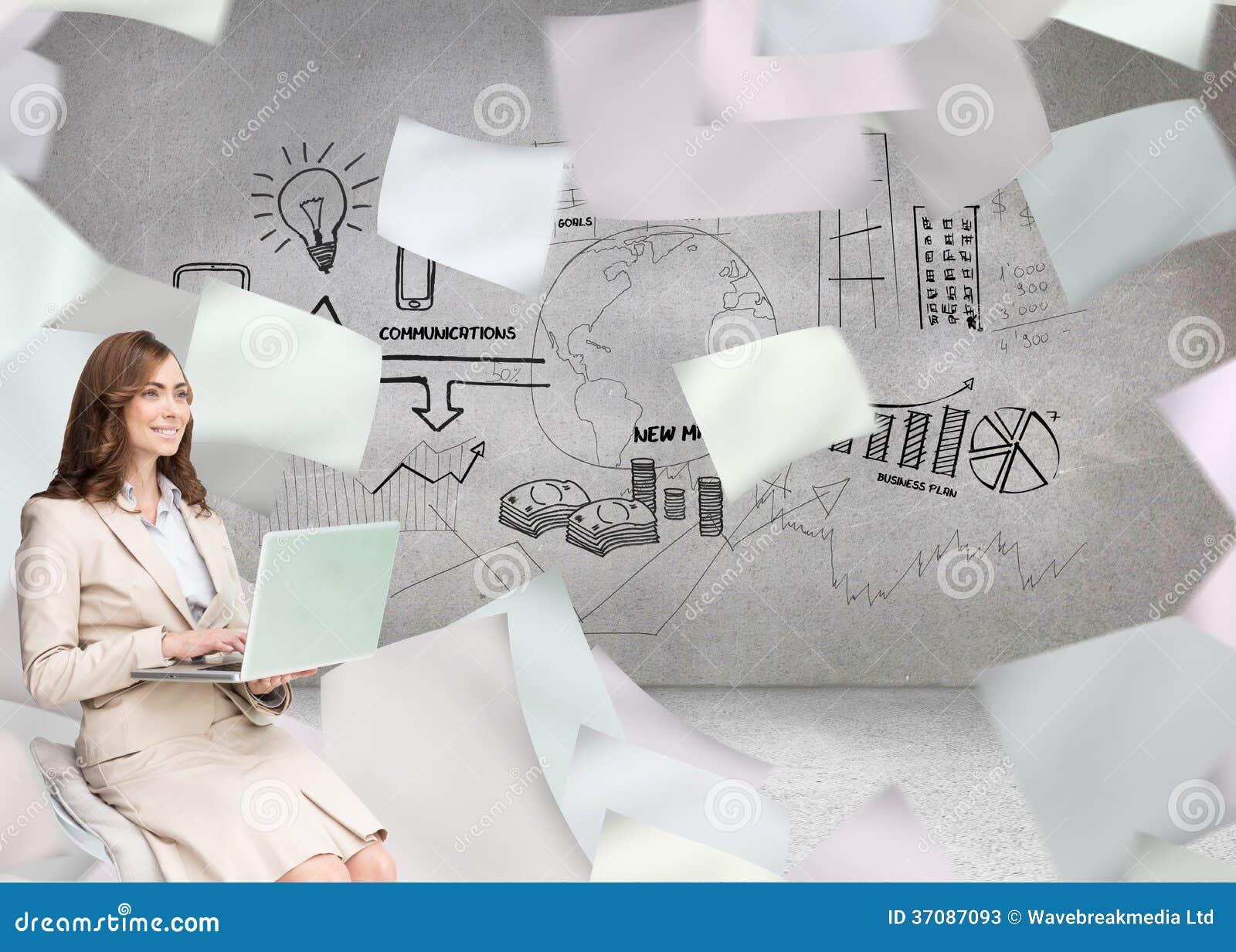 Download Uśmiechnięty Bizneswomanu Obsiadanie I Używać Laptop Obraz Stock - Obraz złożonej z komputer, osoba: 37087093