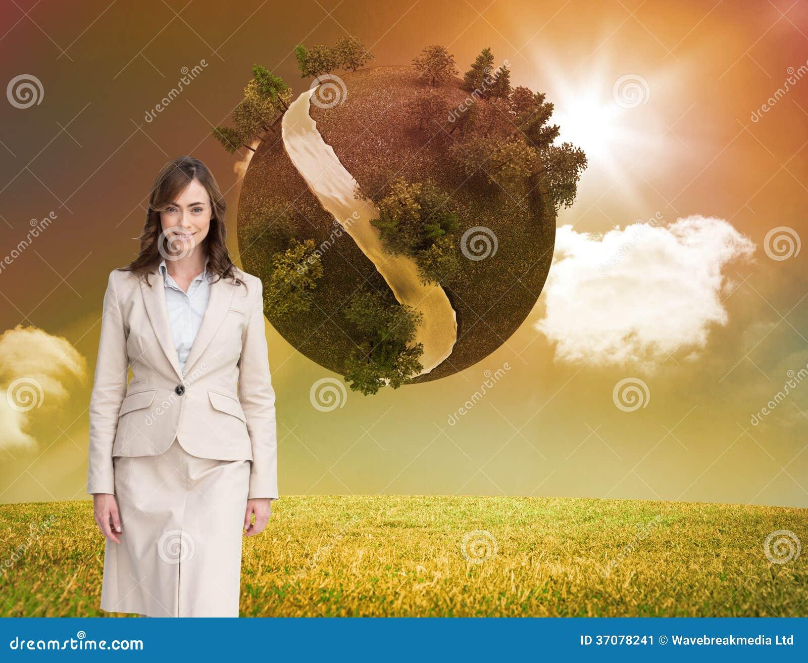 Download Uśmiechnięty Bizneswomanu Odprowadzenie Obraz Stock - Obraz złożonej z środowisko, pomarańcze: 37078241