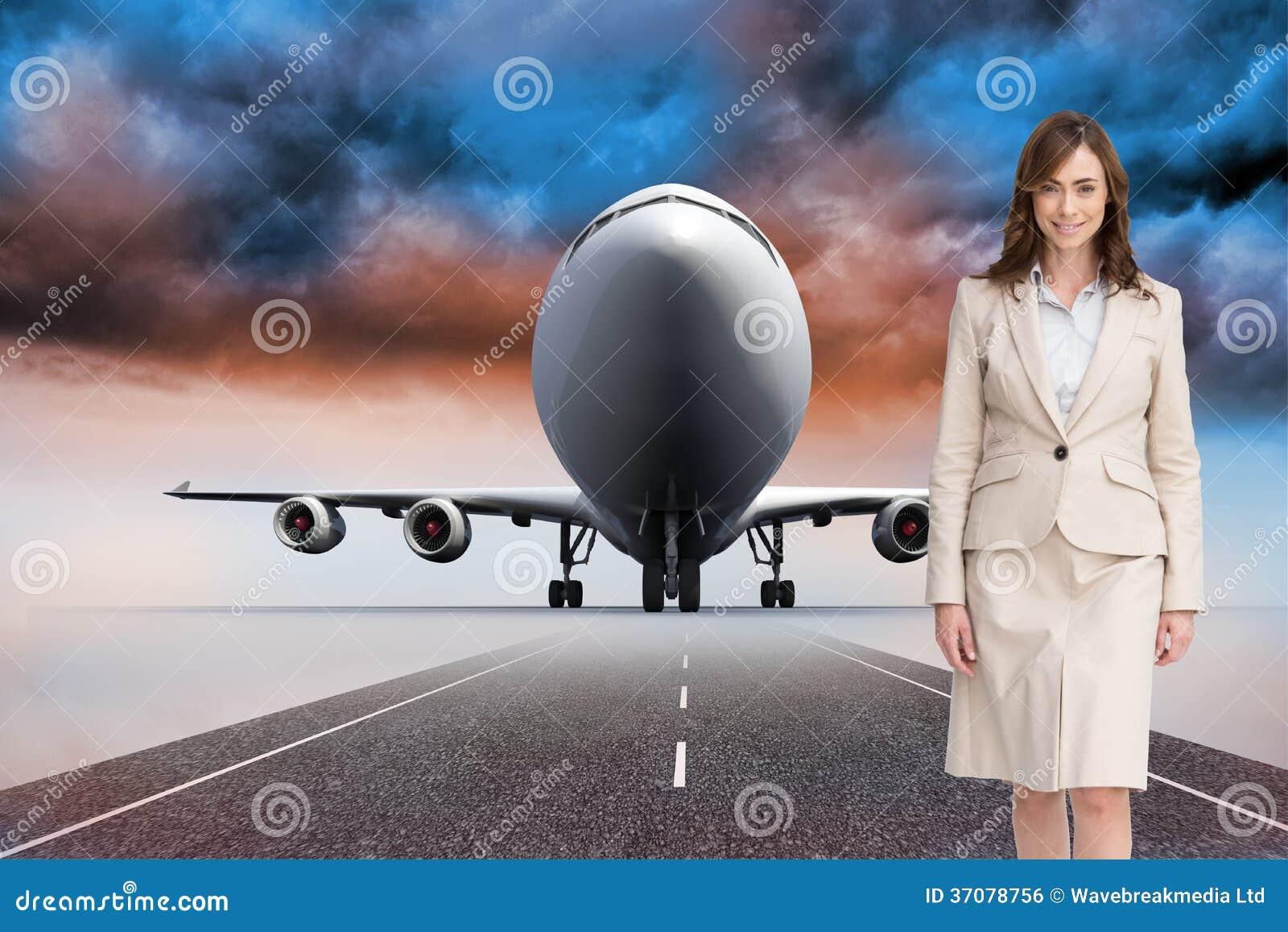 Download Uśmiechnięty Bizneswomanu Odprowadzenie Zdjęcie Stock - Obraz złożonej z błękitny, runway: 37078756