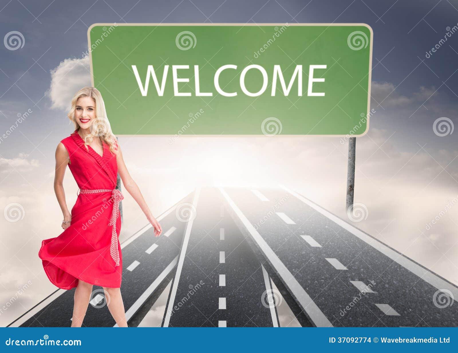 Download Uśmiechnięty Blondynki Odprowadzenie Zdjęcie Stock - Obraz złożonej z błękitny, sunshine: 37092774