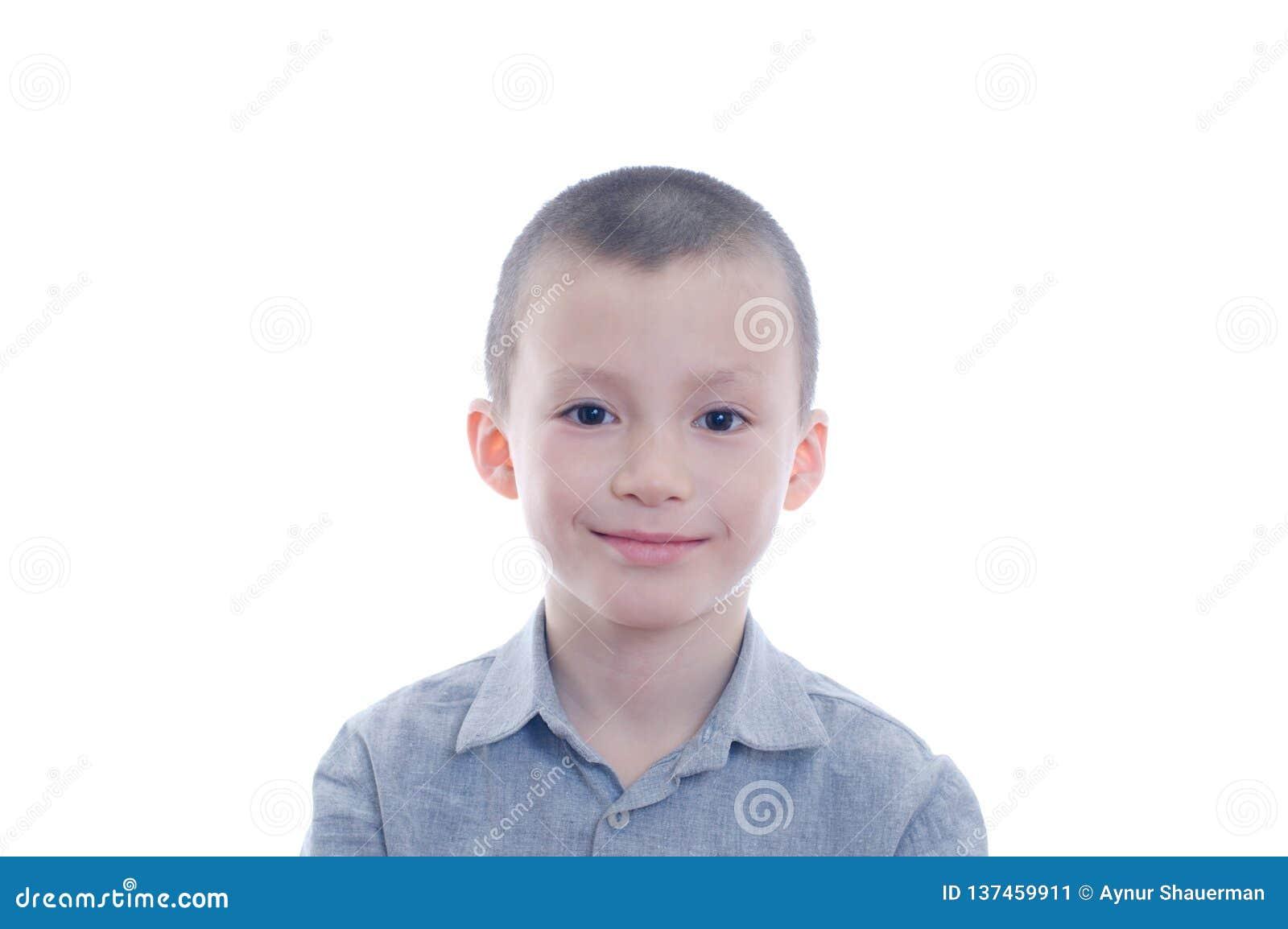 Uśmiechnięty chłopiec portret Odizolowywający na Białym tle szczęścia dzieciństwo dla ślicznej uroczej dziecko twarzy