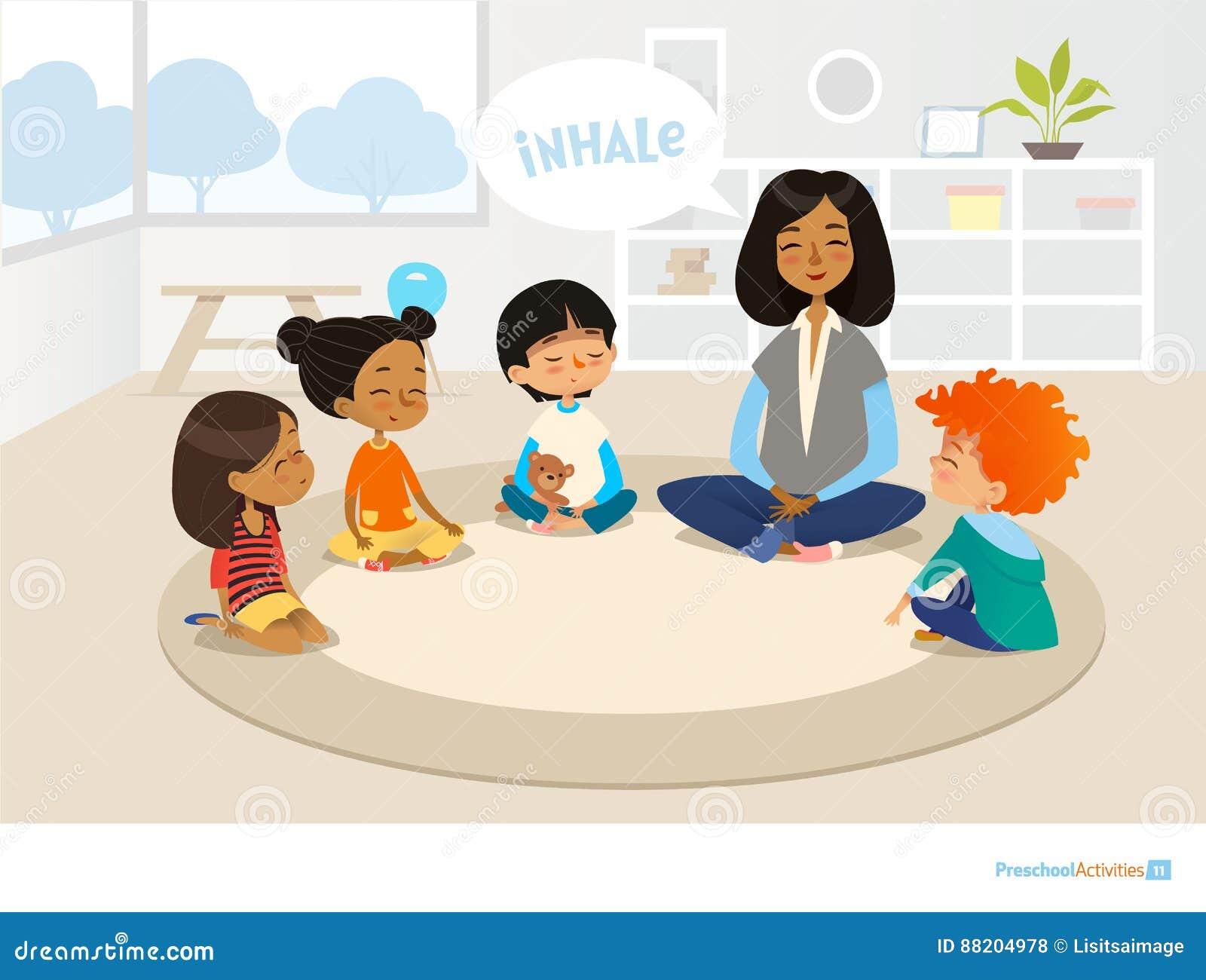 Uśmiechnięty dziecina nauczyciel, dzieci siedzi w i okręgu i medytować Preschool aktywność i wczesne dzieciństwo edukaci przeciw
